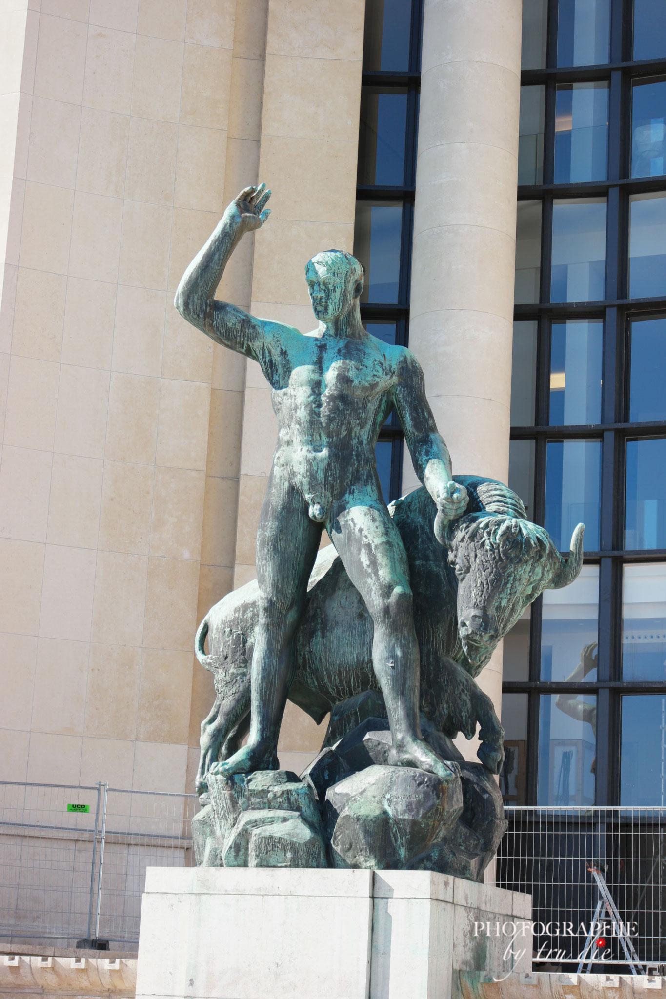 Bild: Trocadéro Bronzstatue vor dem Palais de Chaillot in Paris