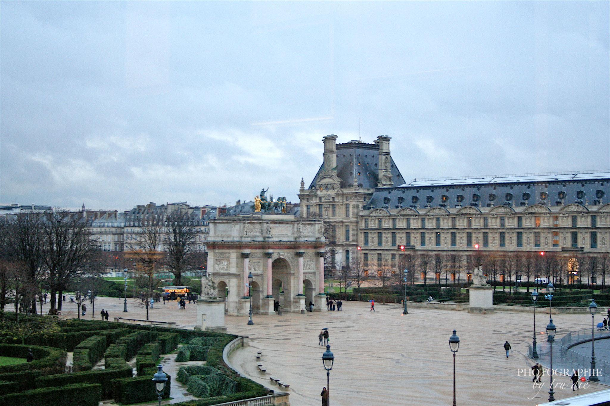 Bild: Louvre Paris mit Arc de Triomphe du Carrousel zwischen Louvre und Tuilerien