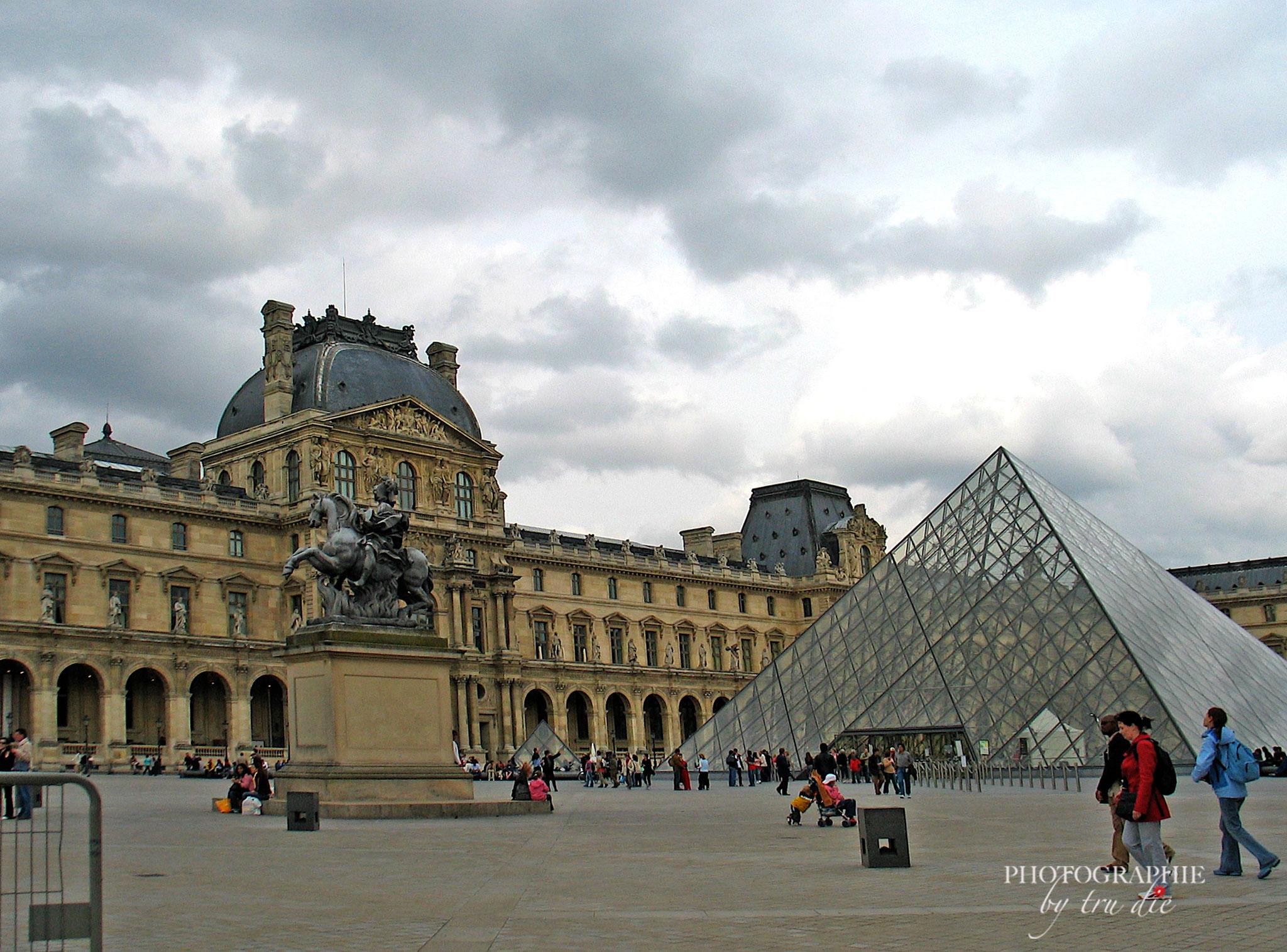 Bild: Louvre Paris mit Glaspyramide