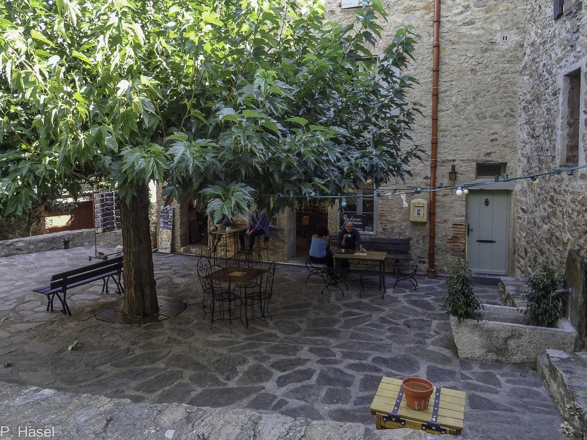 Bild: Castelnou am Dorfplatz