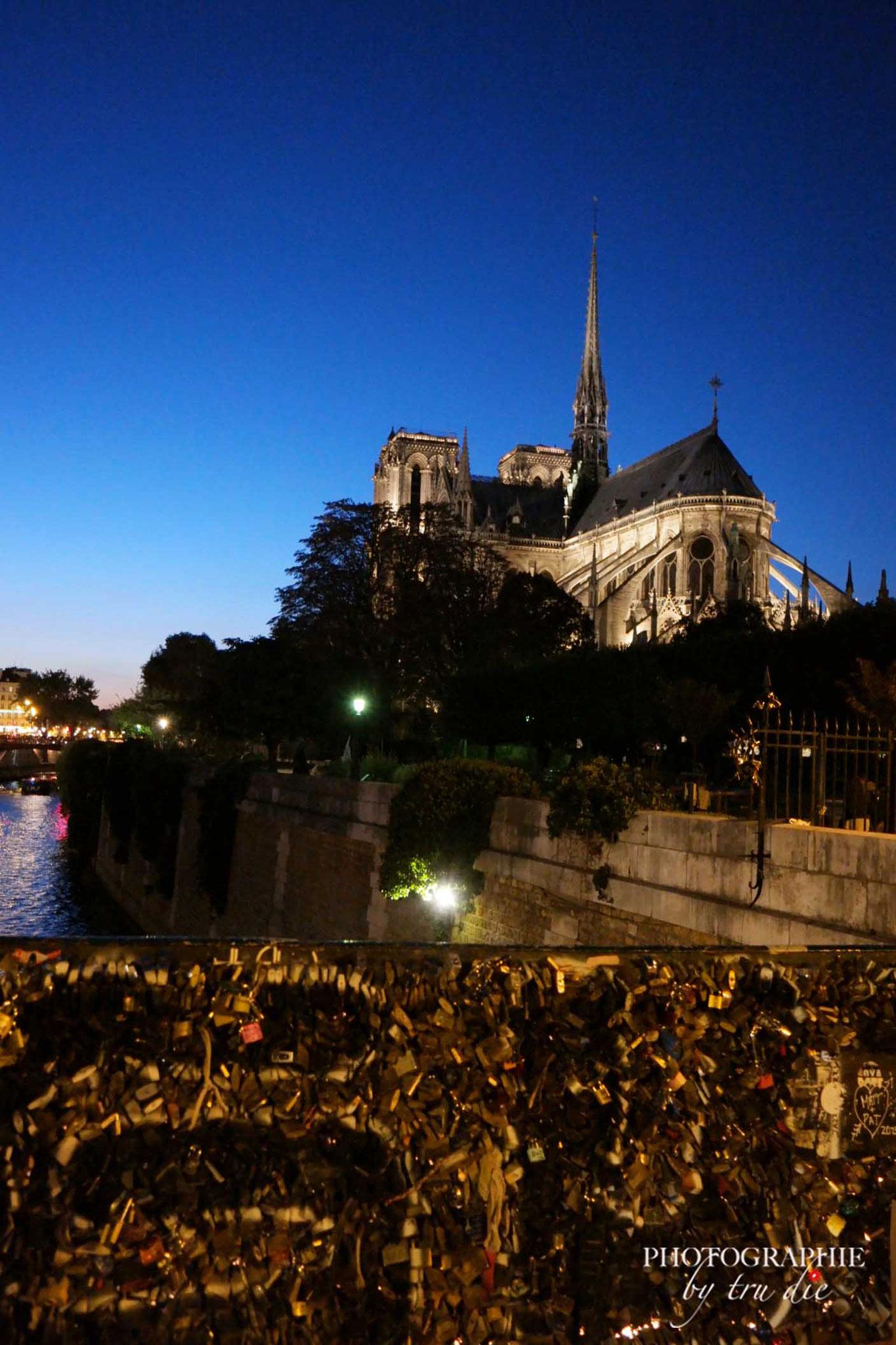 Bild: Pont de l'Archevêché am Abend
