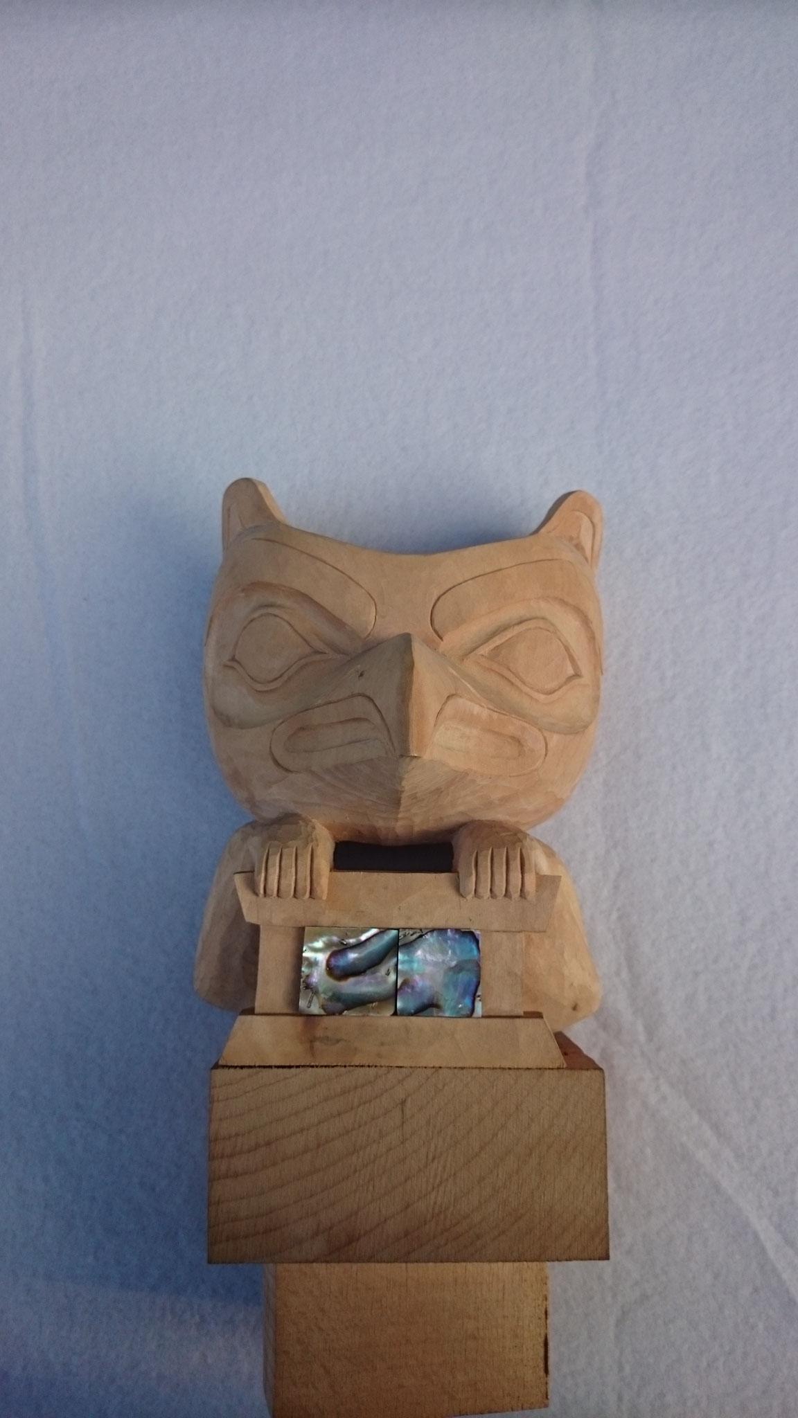 Stirnmaske: Motiv: Rabe mit Box (Sonnenlegende); Linde mit Perlmutteinlage