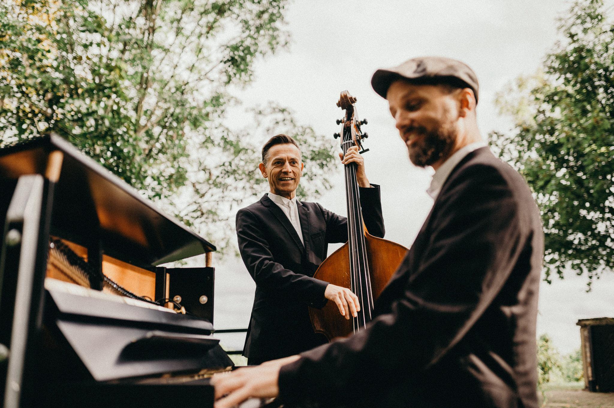 Duo Buskers Deluxe mit mobilem Klavier & Kontrabass bei Hochzeit auf Burg Schwarzenstein