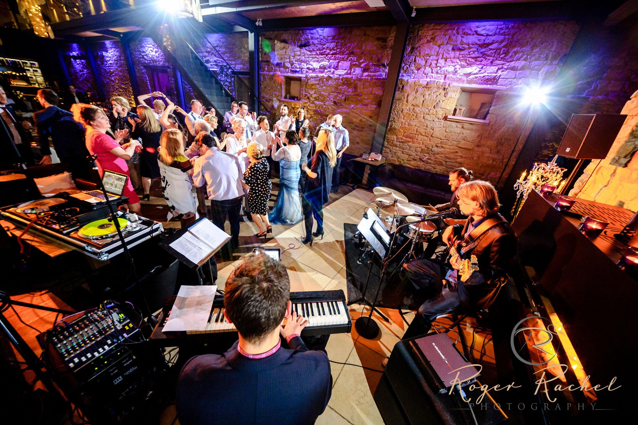 Partyband 'the flow' mit Sängerin bei Hochzeit im 'Weingut am Nil' in Kallstadt/Pfalz