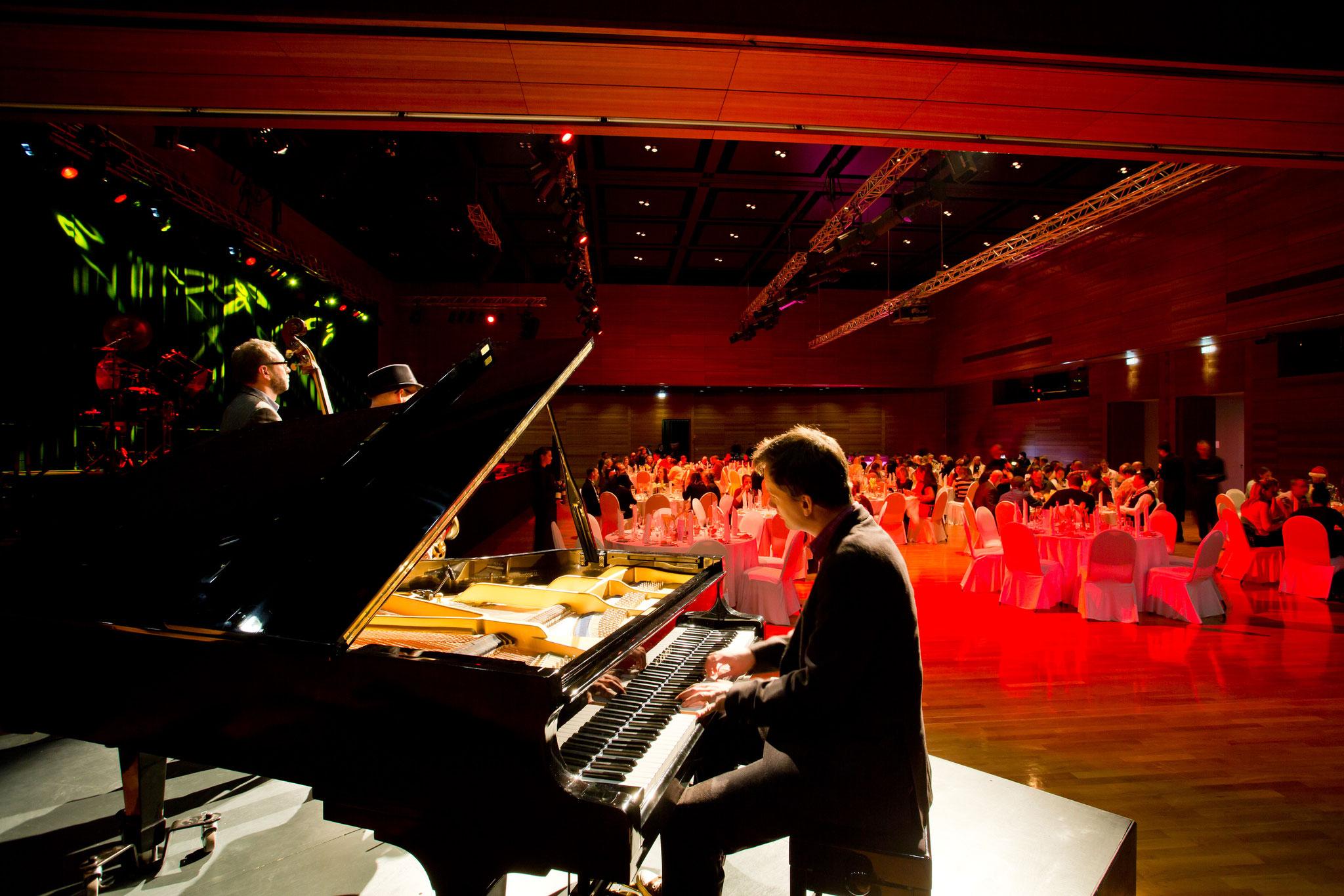 Trio Buskers Deluxe mit Klavier, Saxofon & Kontrabass bei Business Event im DAS WORMSER, Worms