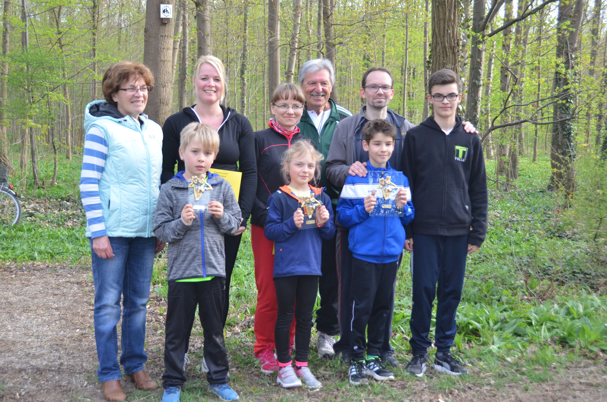 Die Sieger im Familienlauf mit Trainer Horst Möller und Pokalsponsorin Monique Hübner
