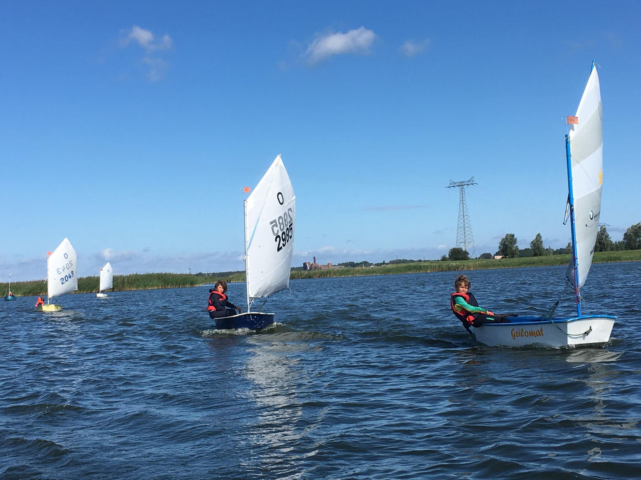 Louis Vagt und Marten Behrens segeln mit der Anfängergruppe Richtung Karlshagen