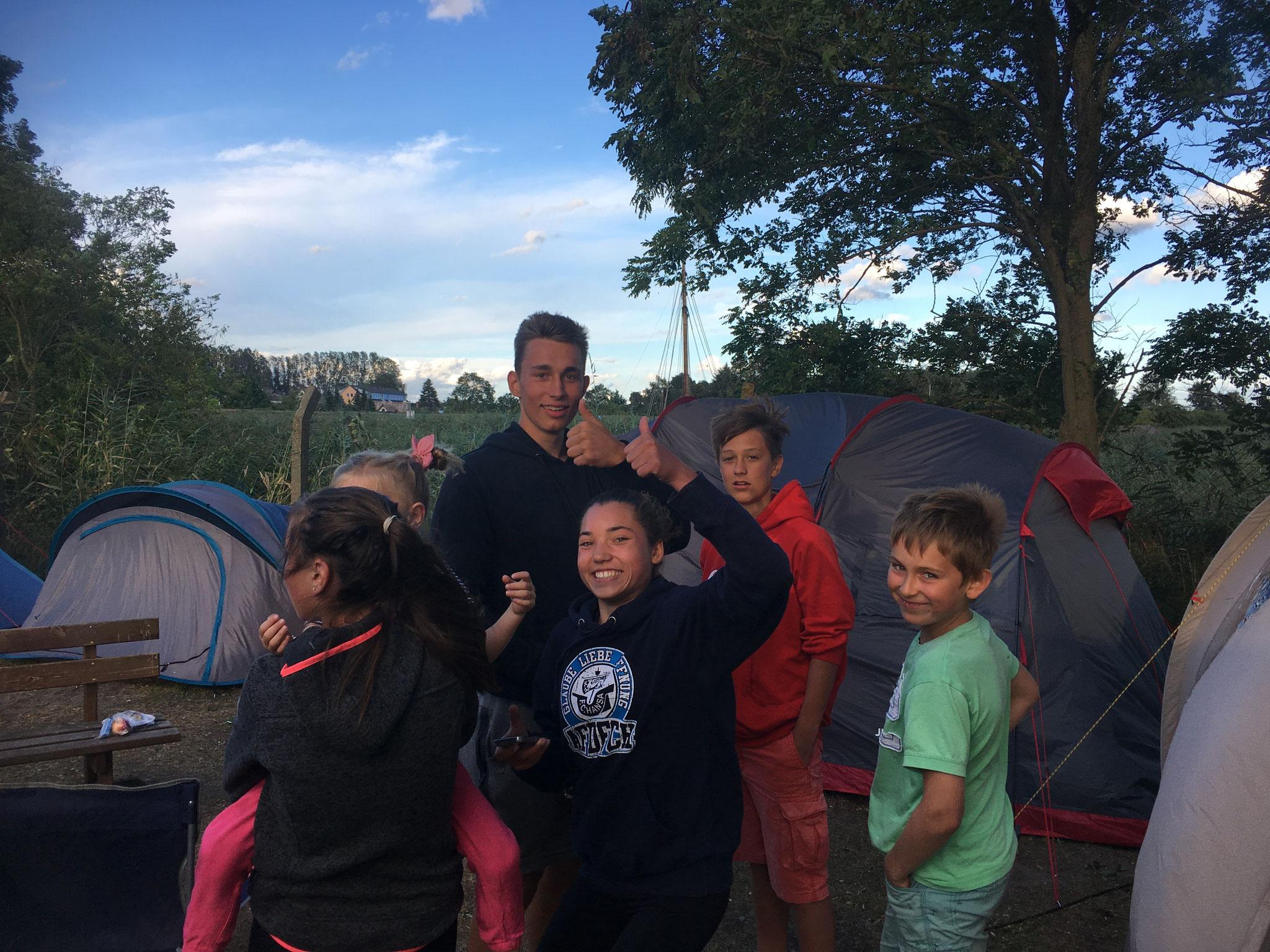 Gemeinsame Freizeit im Zeltlager auf dem Vereinsgelände