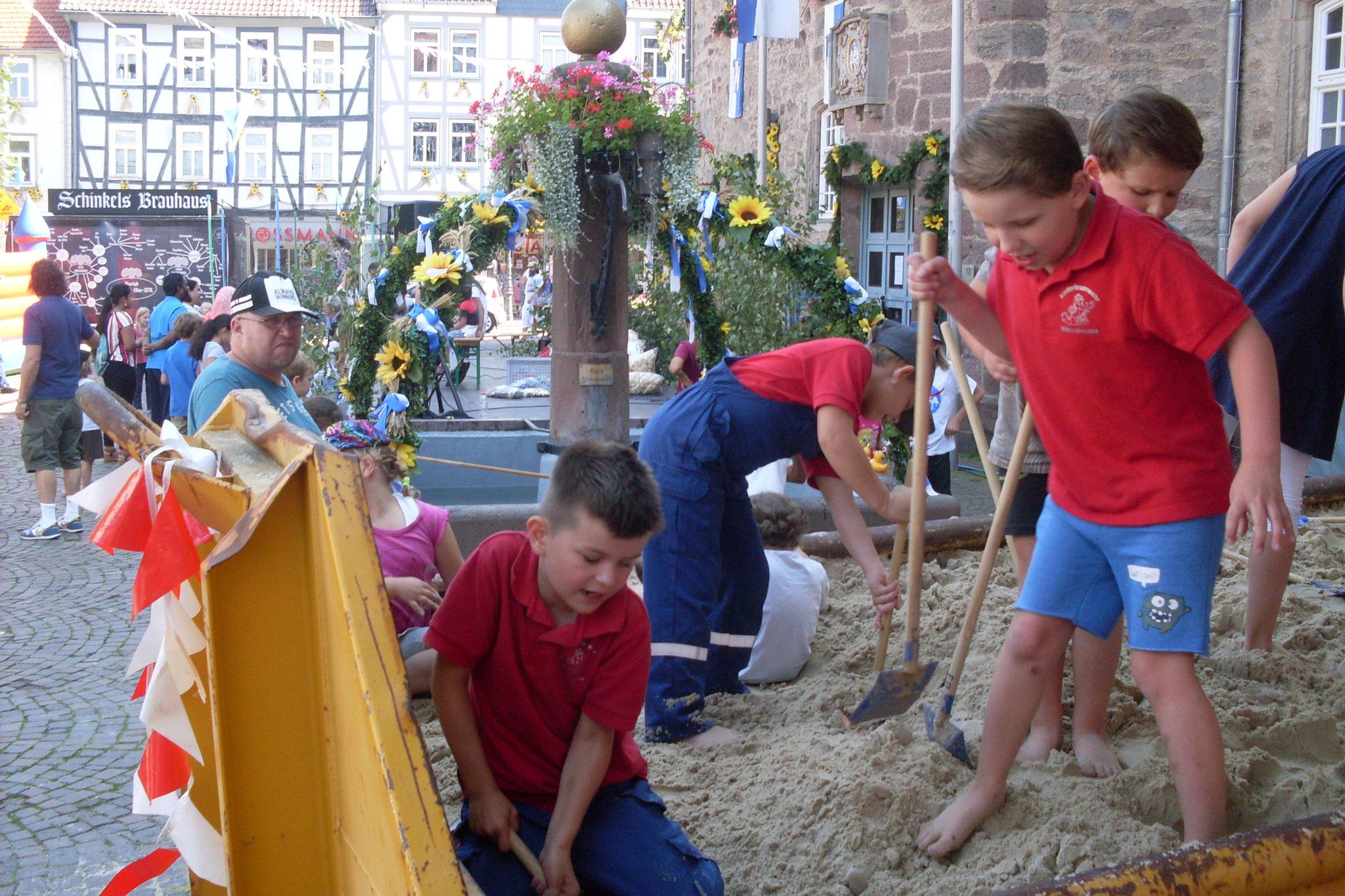 """Natürlich durften die Kinder auch die anderen Stationen auf dem Marktplatz besuchen und spielen. Hier die """"Schatzkiste"""" vom Erntefestausschuß."""