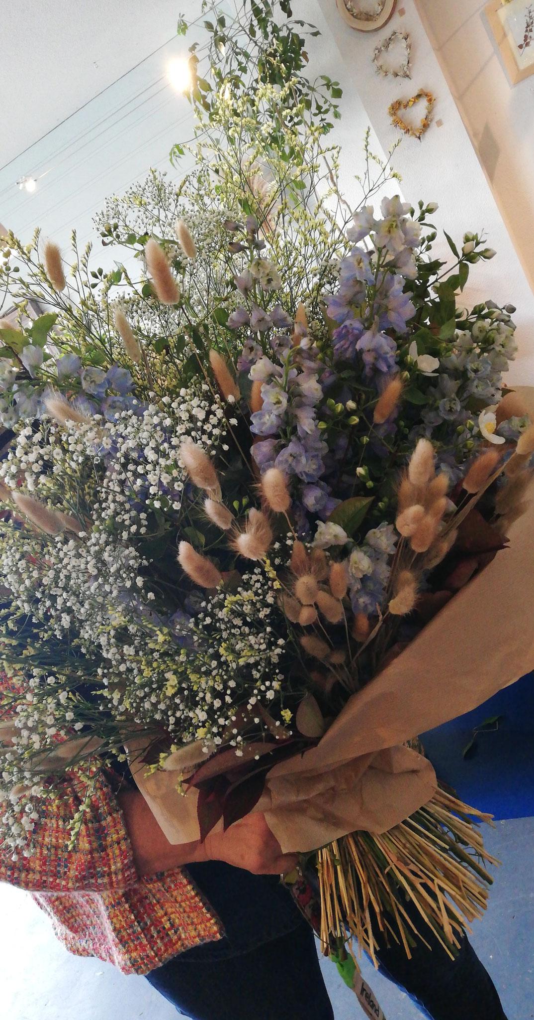 Brassée de fleurs XXL selon la saison ( ici gypsophile, delphinium, graminées)  80€