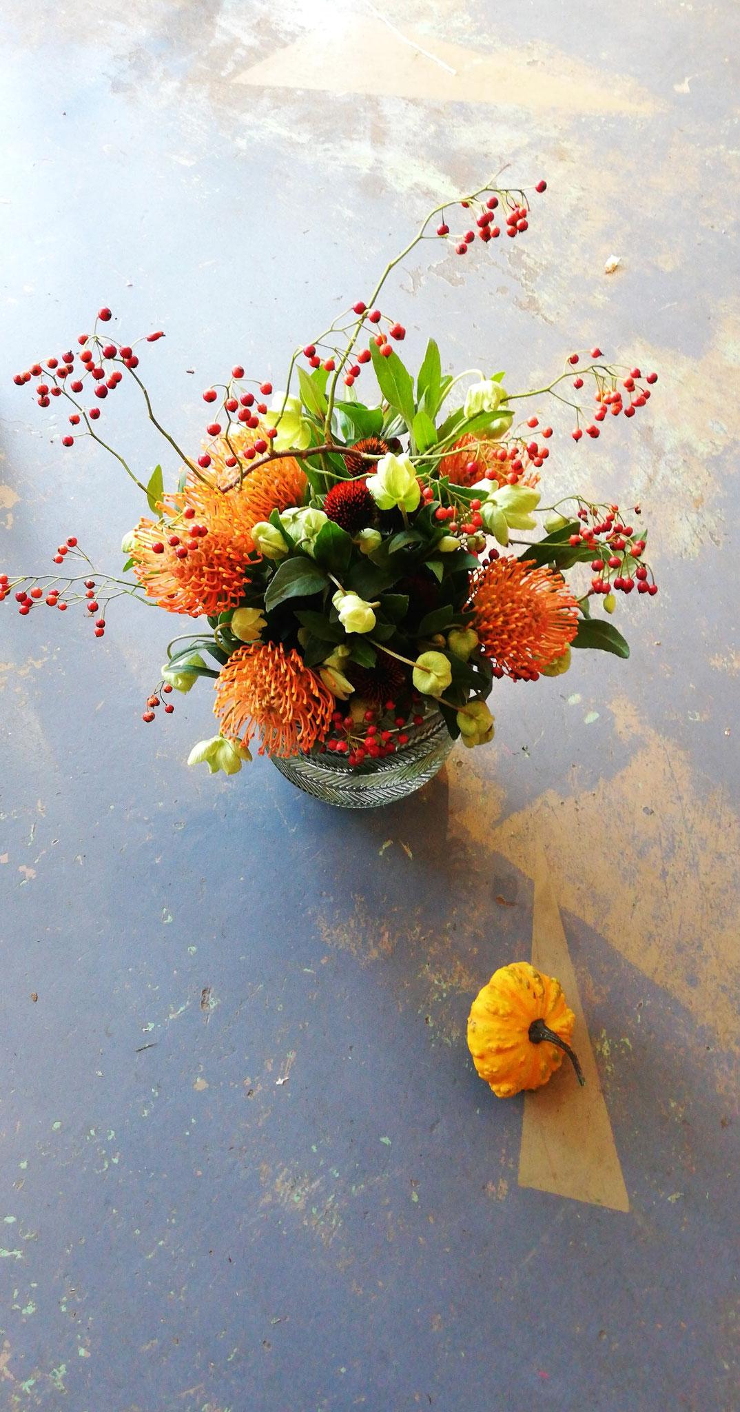Bouquet d'hivers (Prothéas, hellébores, fruits de rosier 49€ Vase en sus 15€)