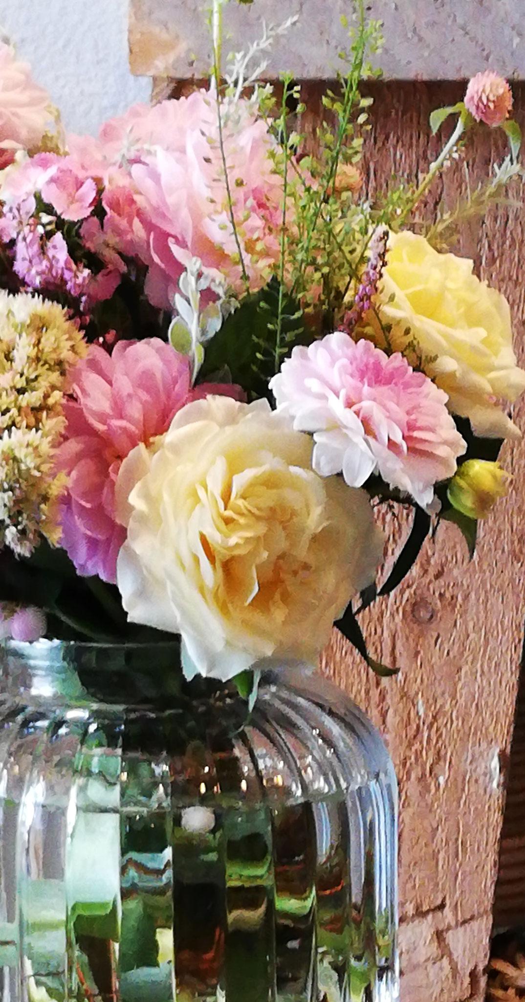Les roses anglaises dans leur vase (bouquet 40€, vase 9€)