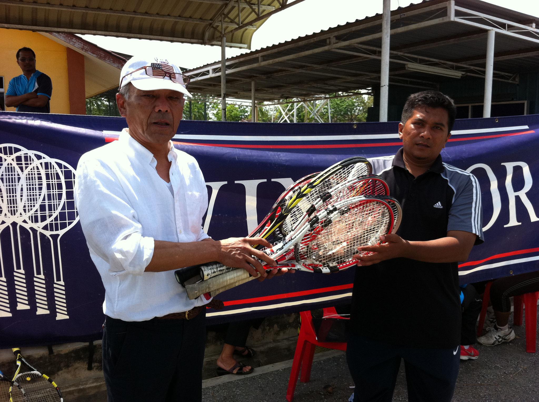 マレーシア、プルリス州テニス協会へラケット寄贈する飯泉部長