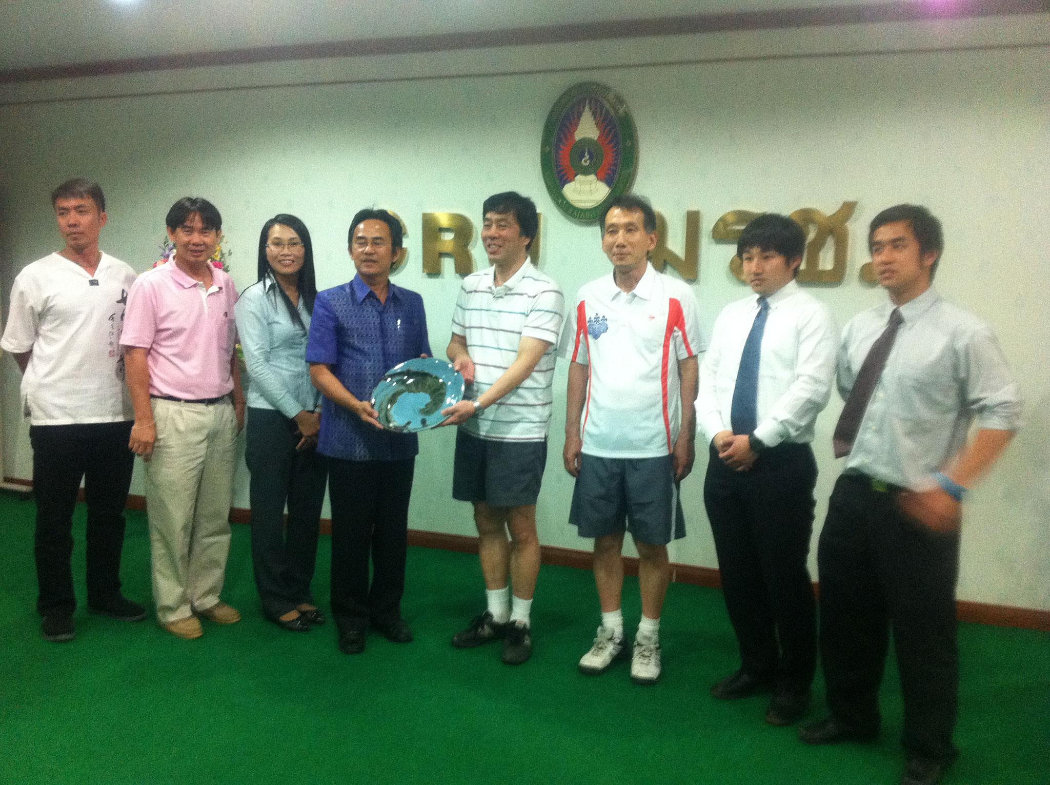 筑波大学へ記念品を贈るピンモウン・ウォラサリット副学長