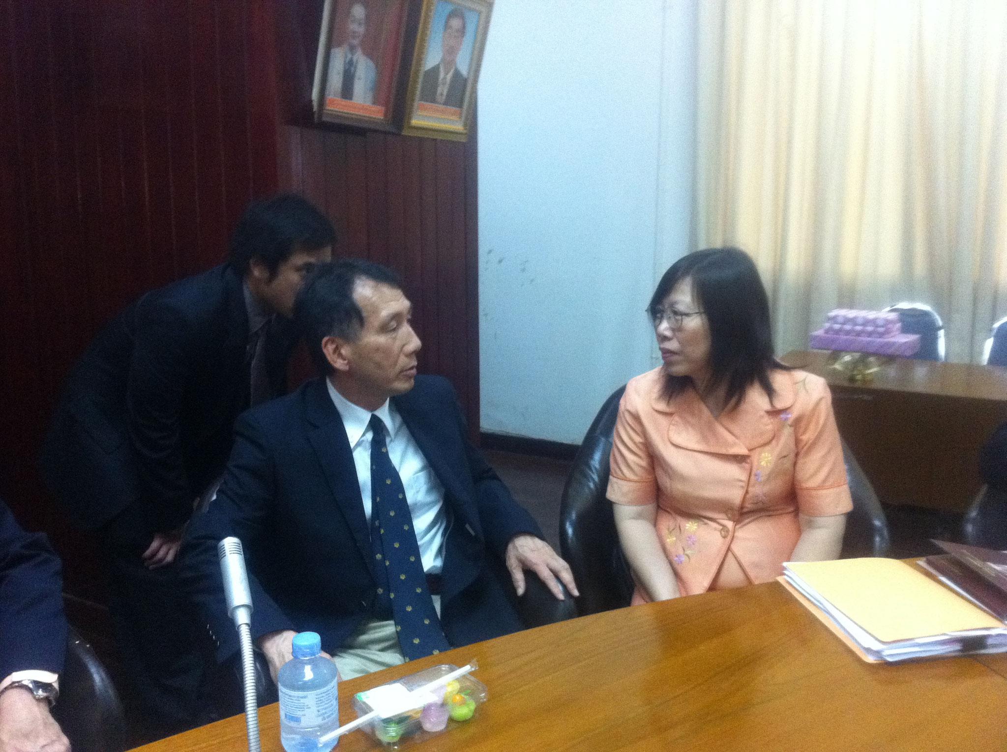 学科長と会談する山田先生