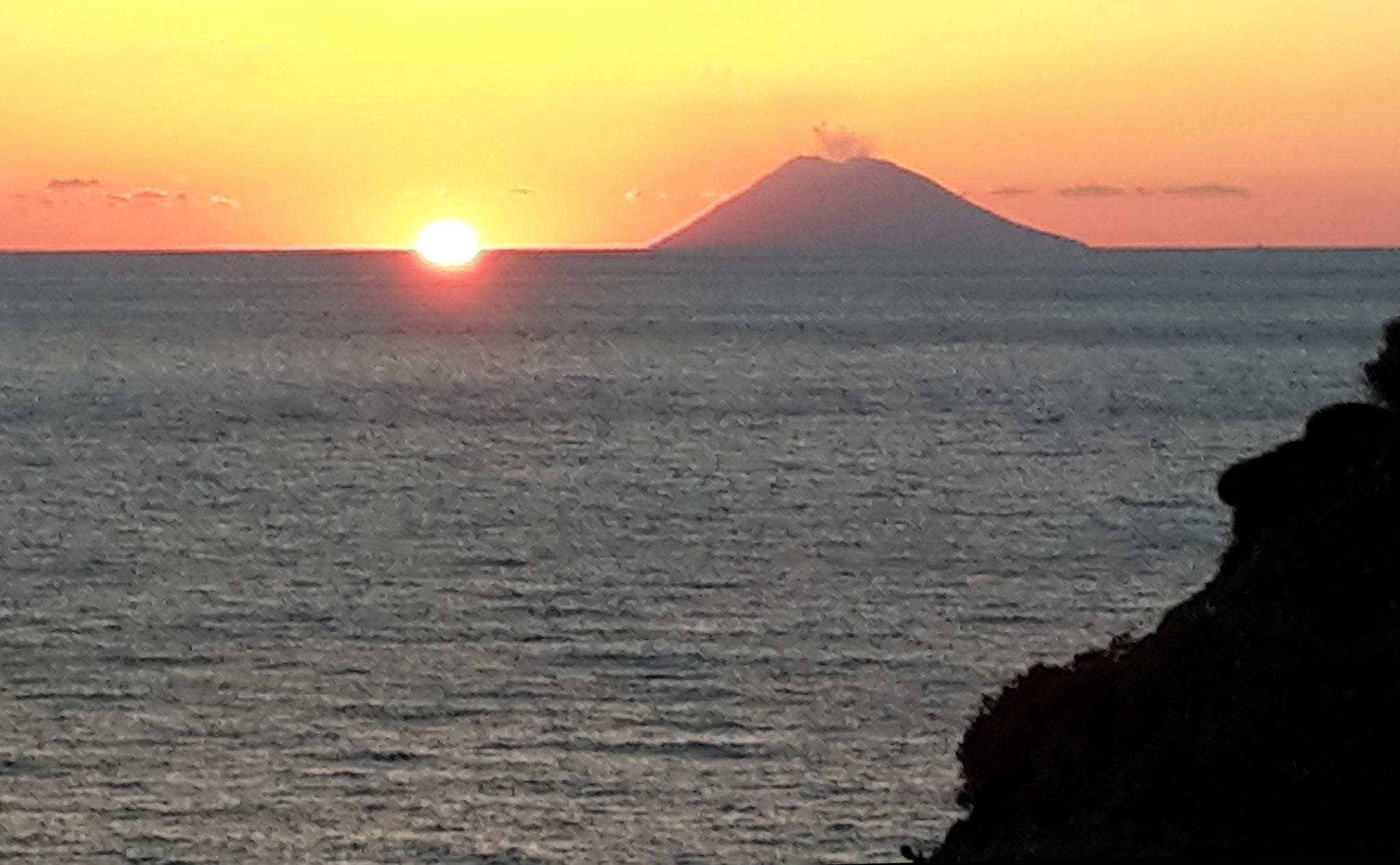 Aussicht Dachterrasse Sonnenuntergang mit Stromboli © Ferienwohnung Spilinga | Tropea | Kalabrien - Casa Belle Vacanze