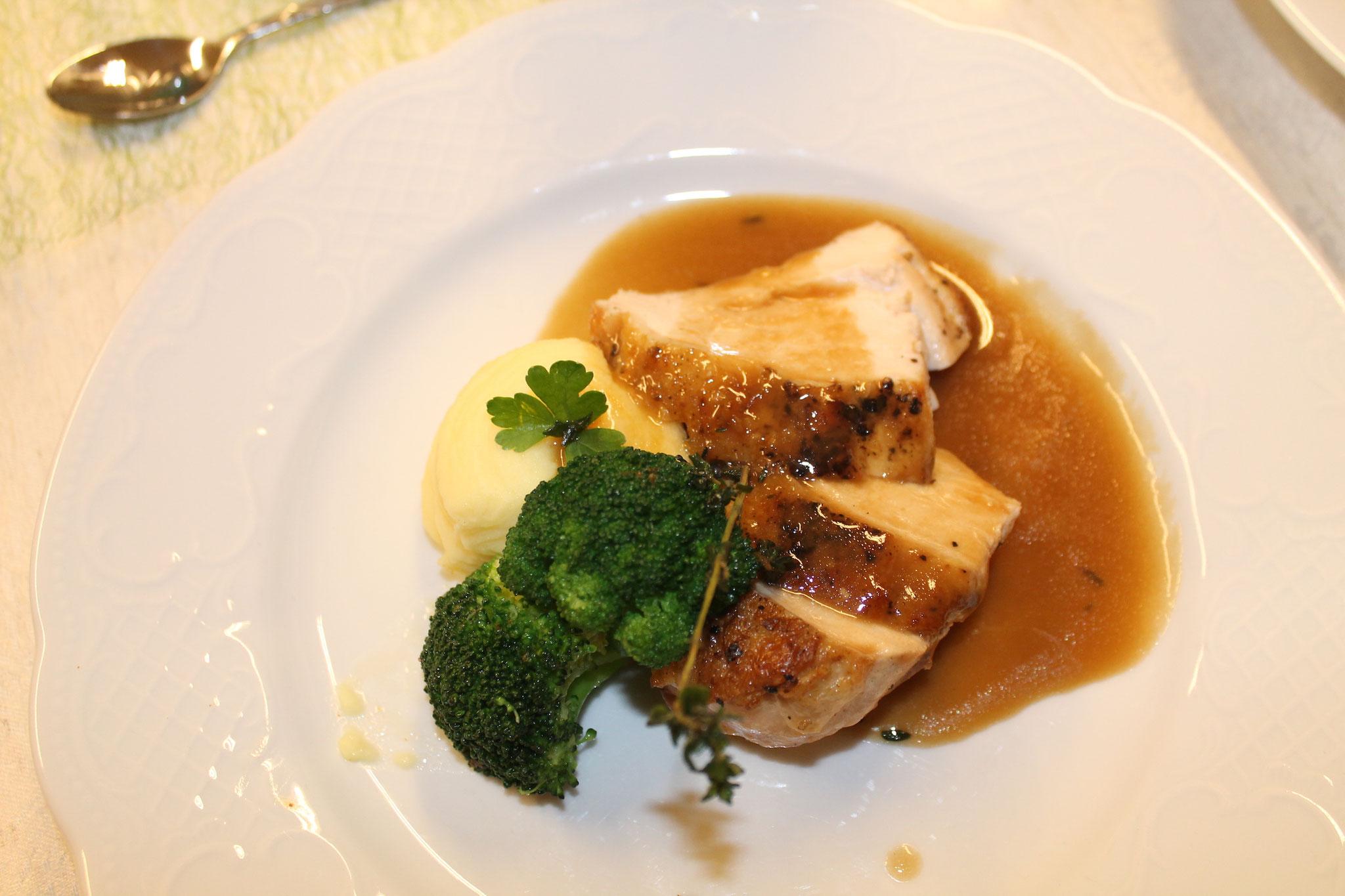 Gebratene Hähnchenbrust mit Wurzel-Kräuteraroma, Kartoffelpüree und Broccoli