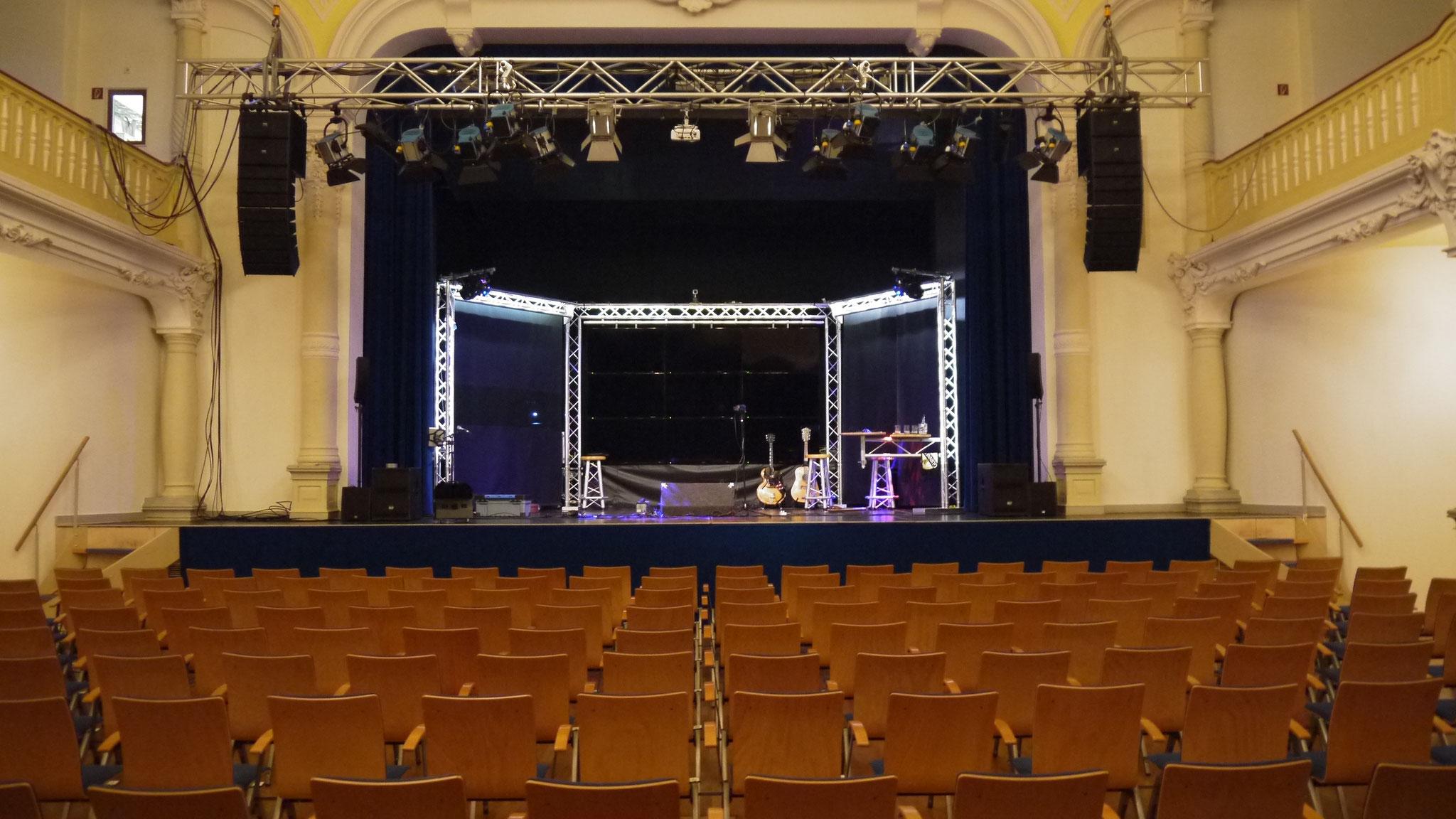 Die Bühne steht.