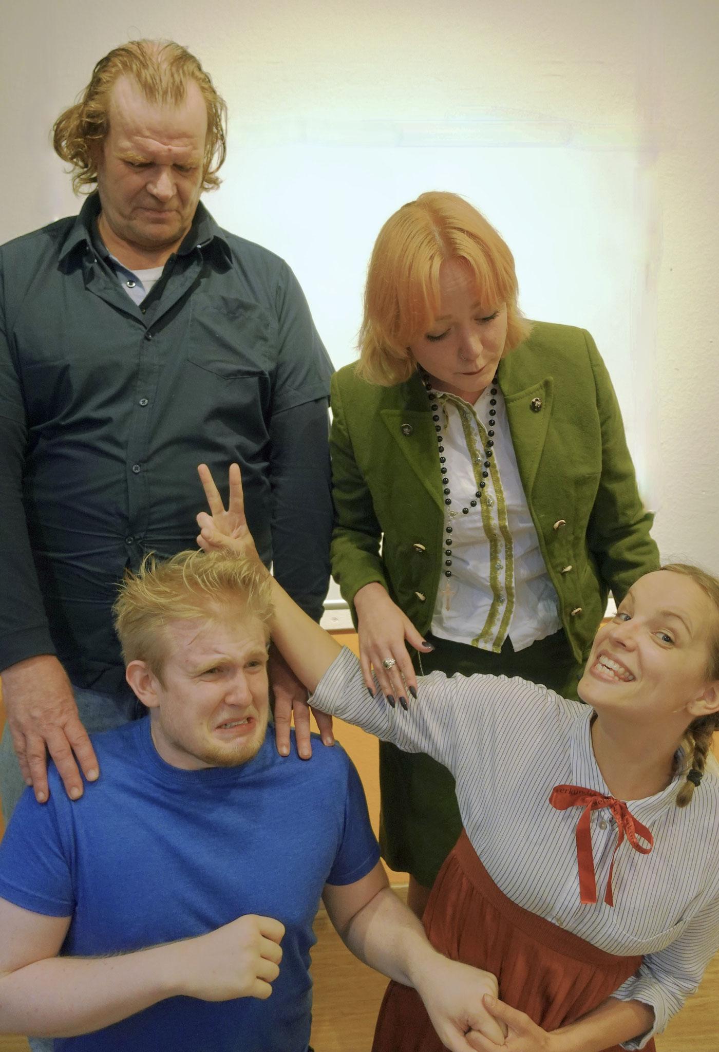 Die Kinder Möbius haben Schwierigkeiten sich fürs Familienfoto zusammen zu reißen.