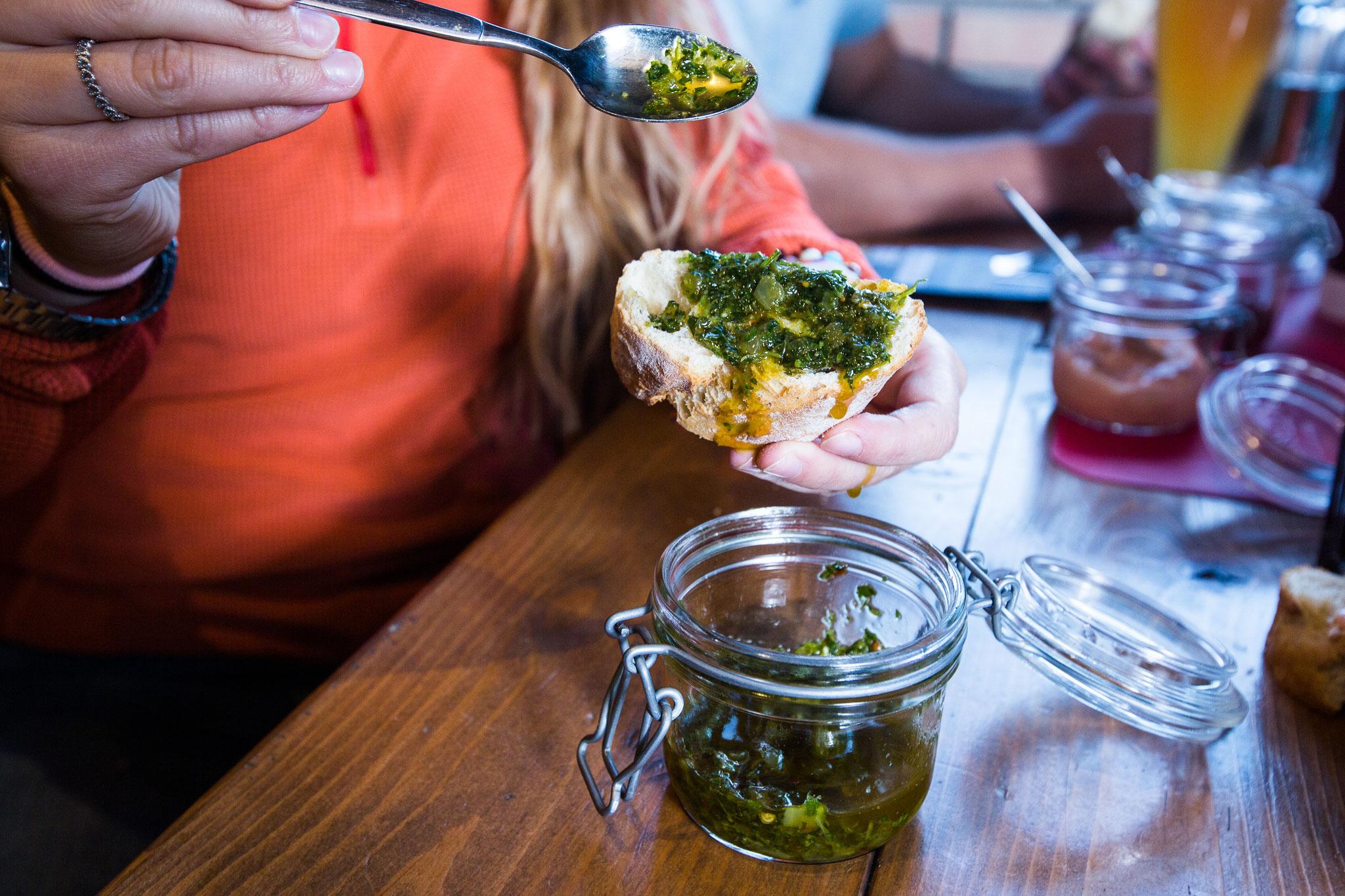 Pesto auf Brot