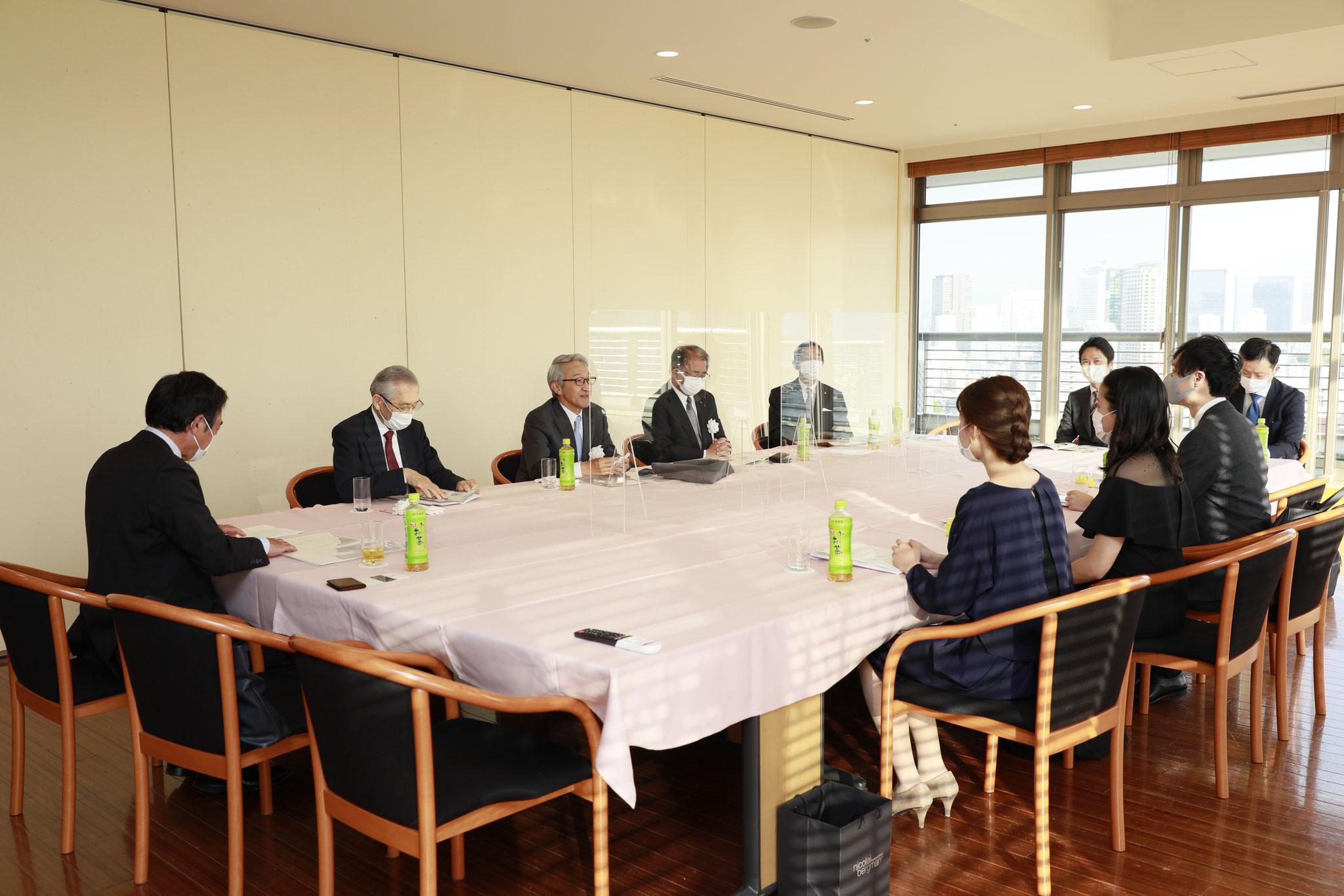 表彰式前に受賞者と審査委員で懇談会を行いました。
