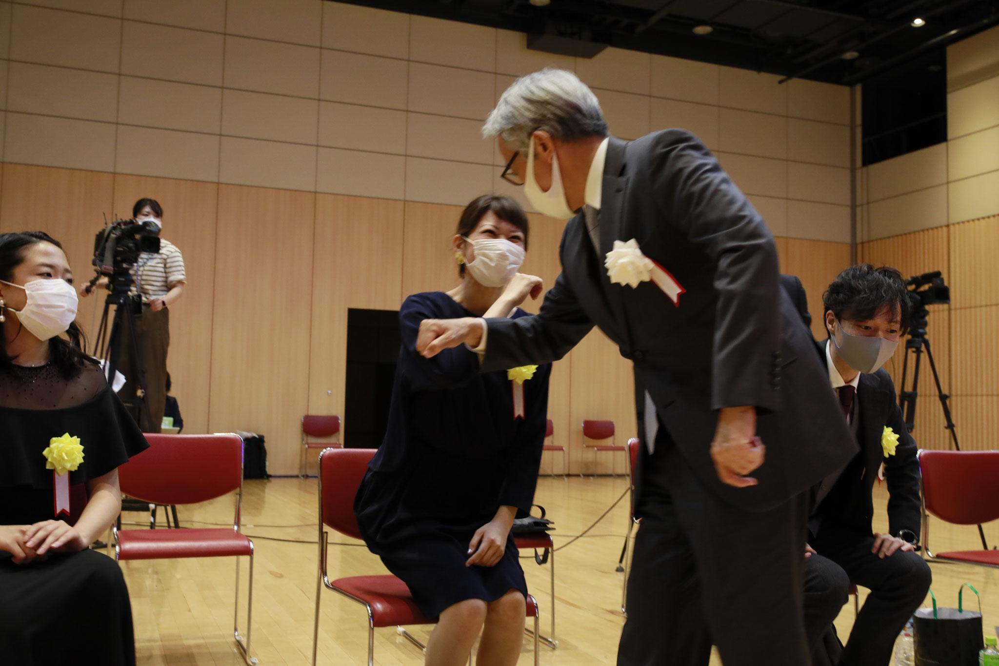永野審査委員長は肘タッチしながらお一人お一人に声をかけられていました。