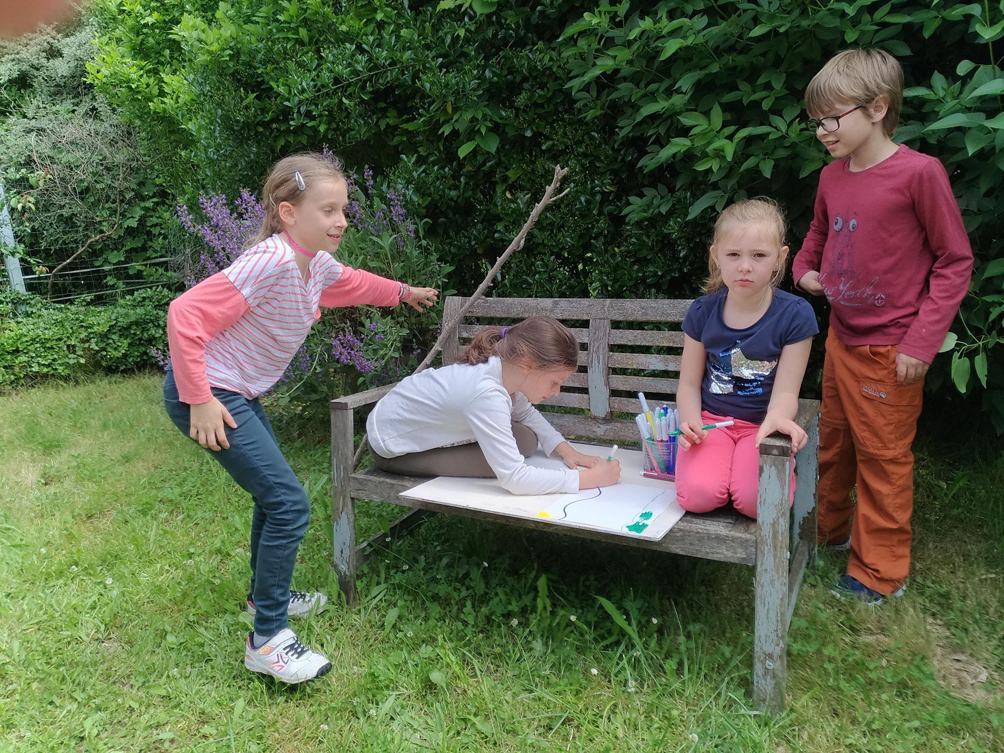 Dans le jardin de l'atelier, aux beaux jours. Créer, jouer, se détendre et s'exprimer.