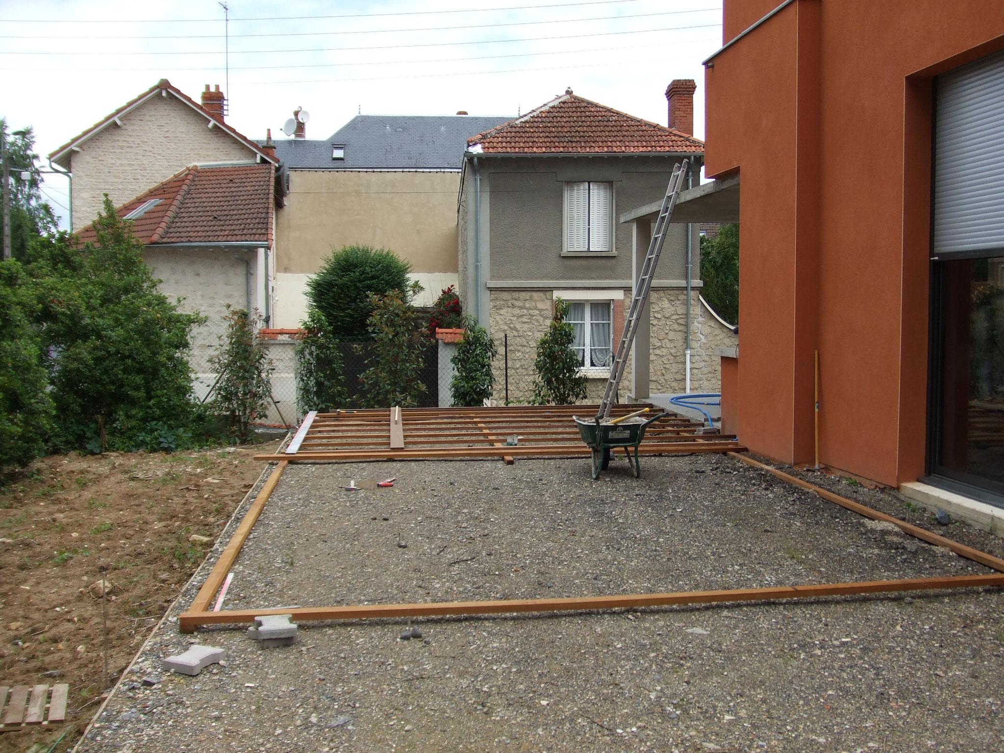 aménagement de terrasse minerale et bois pendant
