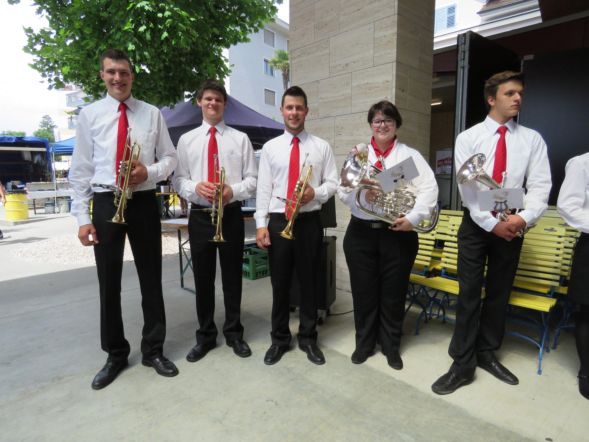 Die jungen Musikantinnen und Musikanten sind bereit für ihren Special Act: Das Leben einer Uniform.