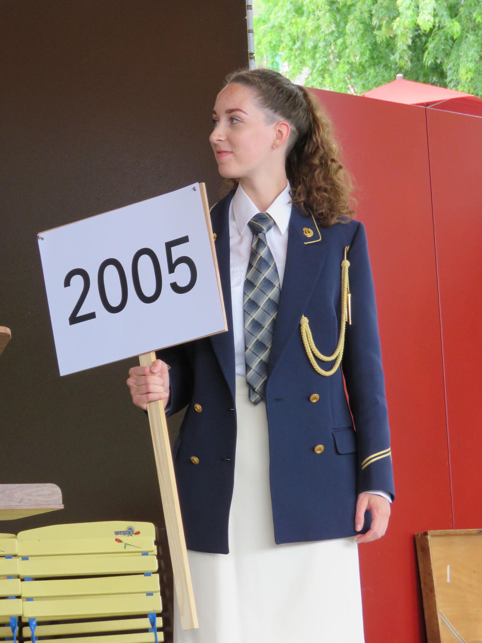 Katja Gisler präsentierte ebenfalls als Nummerngirl eine alte Uniform der Feldmusik.