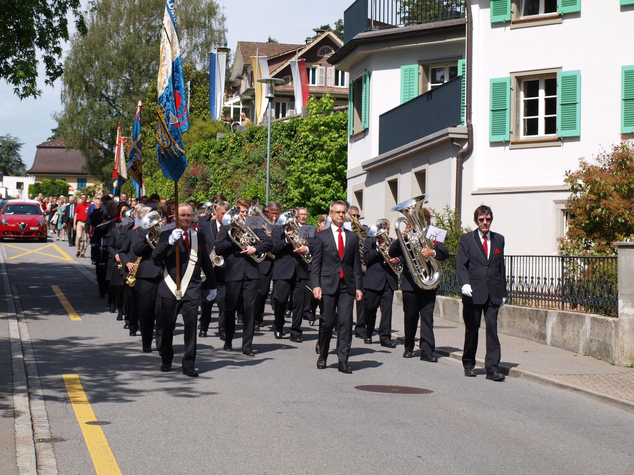 Mit Marschmusik ging es zum Pavillon.