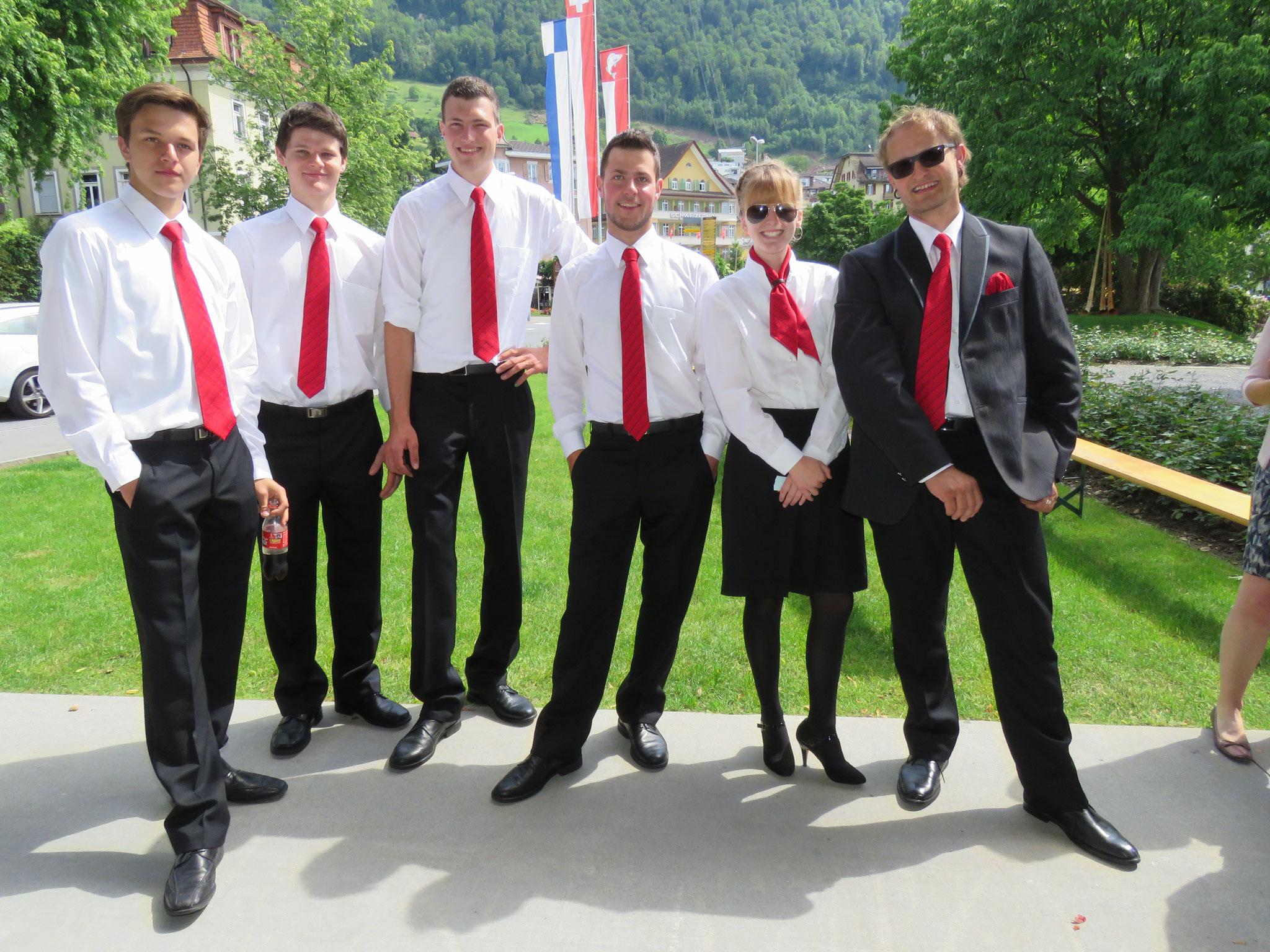 Die Jungen präsentieren mit Stolz die neue Uniform, die passt.