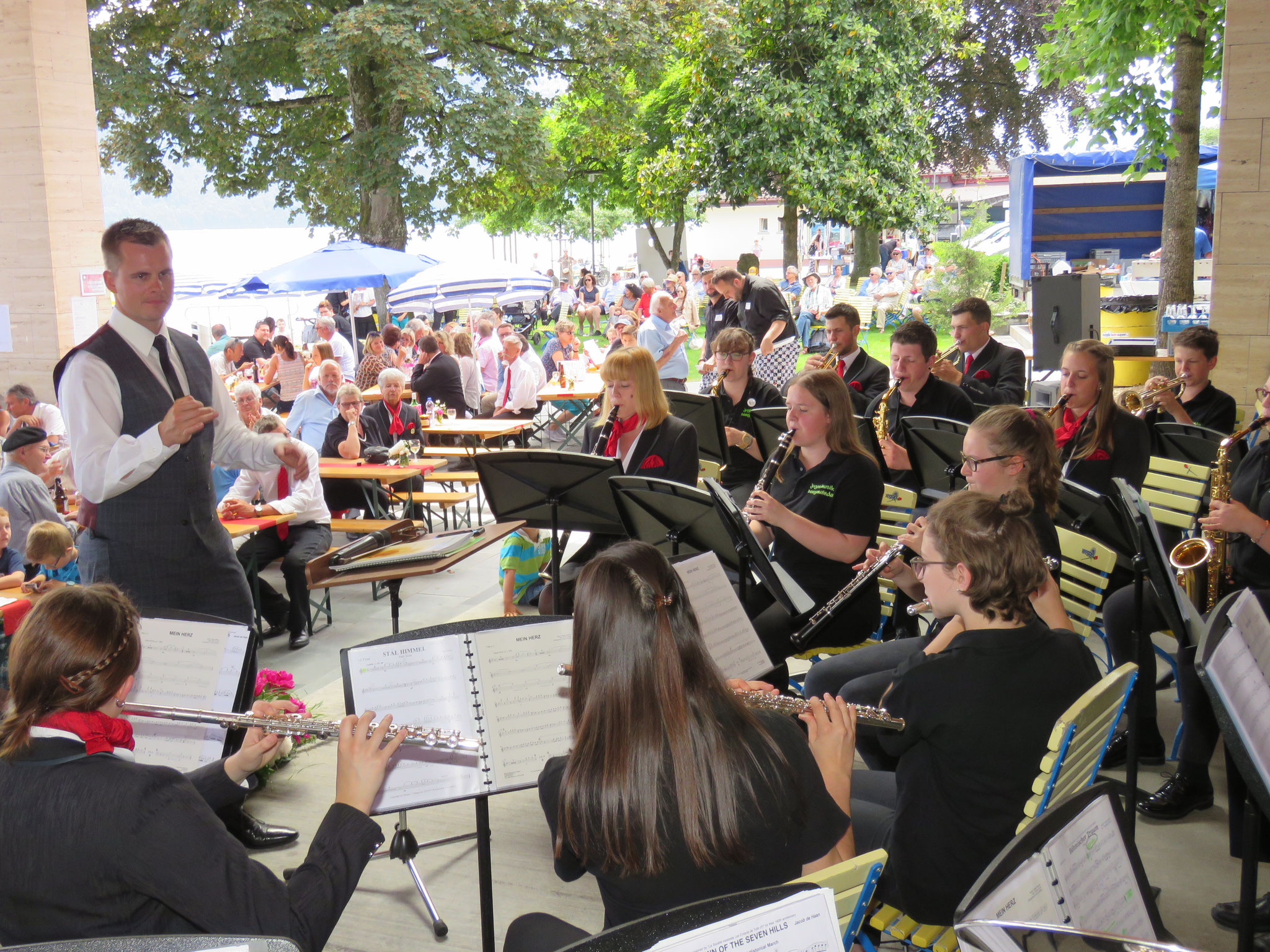 Die Jugendmusik unter der Leitung von Fabio Küttel gab am Nachmittag ein kleines Konzert.