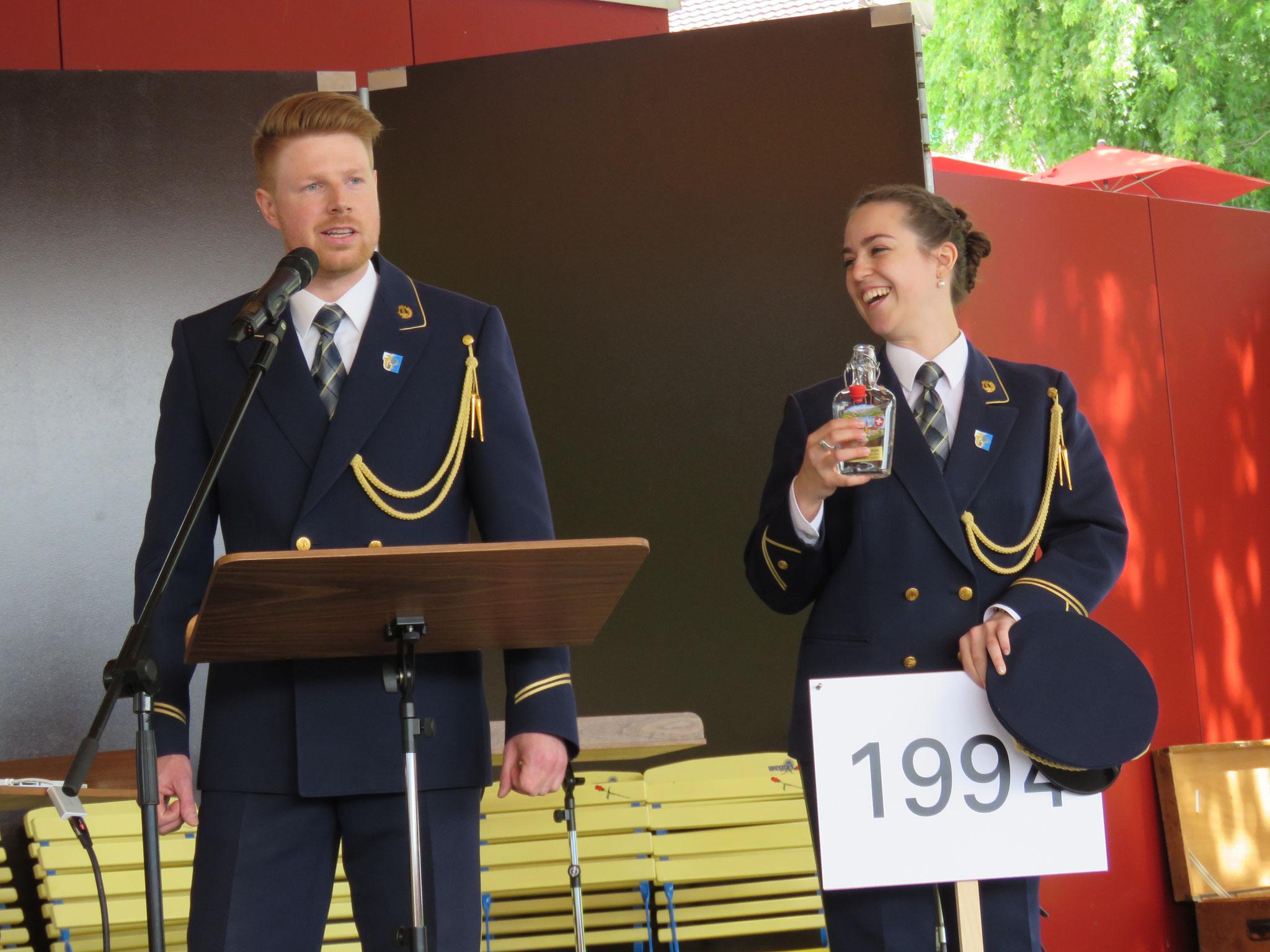 Mathias Muggli als brillianter Moderator und Silvia Dubacher als eine der drei Nummerngirls.