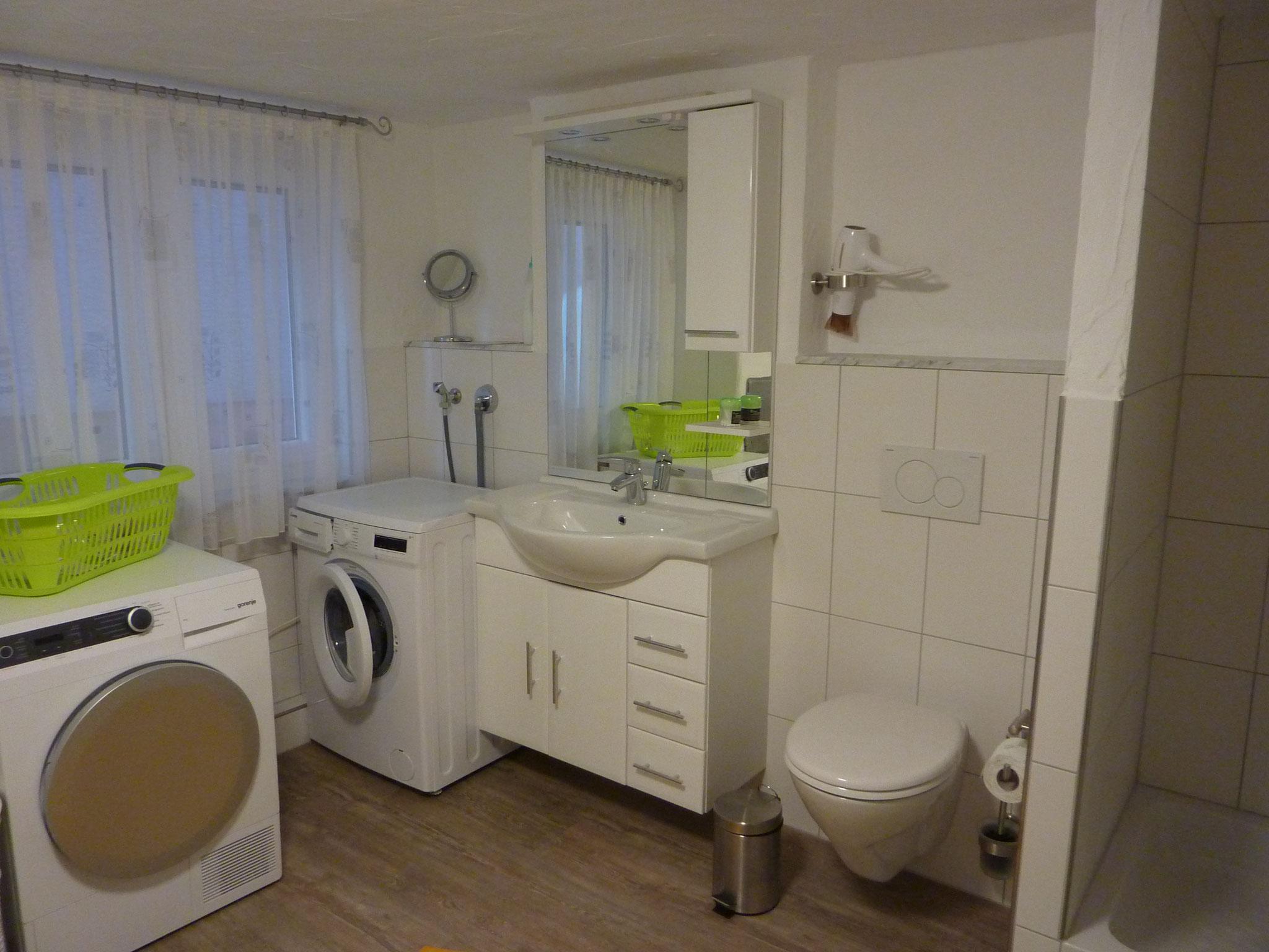 Bad mit Waschmaschine und Trockner im UG