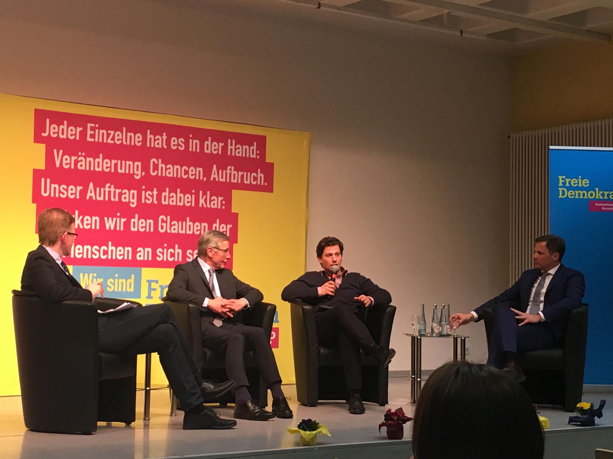 v.L.: Moderator Marcelo Peerenboom, Wolfgang Clement (Ministerpräsident NRW a.D.; Bundesminister Wirtschaft und Arbeit a.D.), Dr. Hubertus Porschen (Bundesvors. Die Jungen Unternehmer) und Dr. Kai Rinklake (wirtschaftspolitischer Sprecher FDP Neuwied)