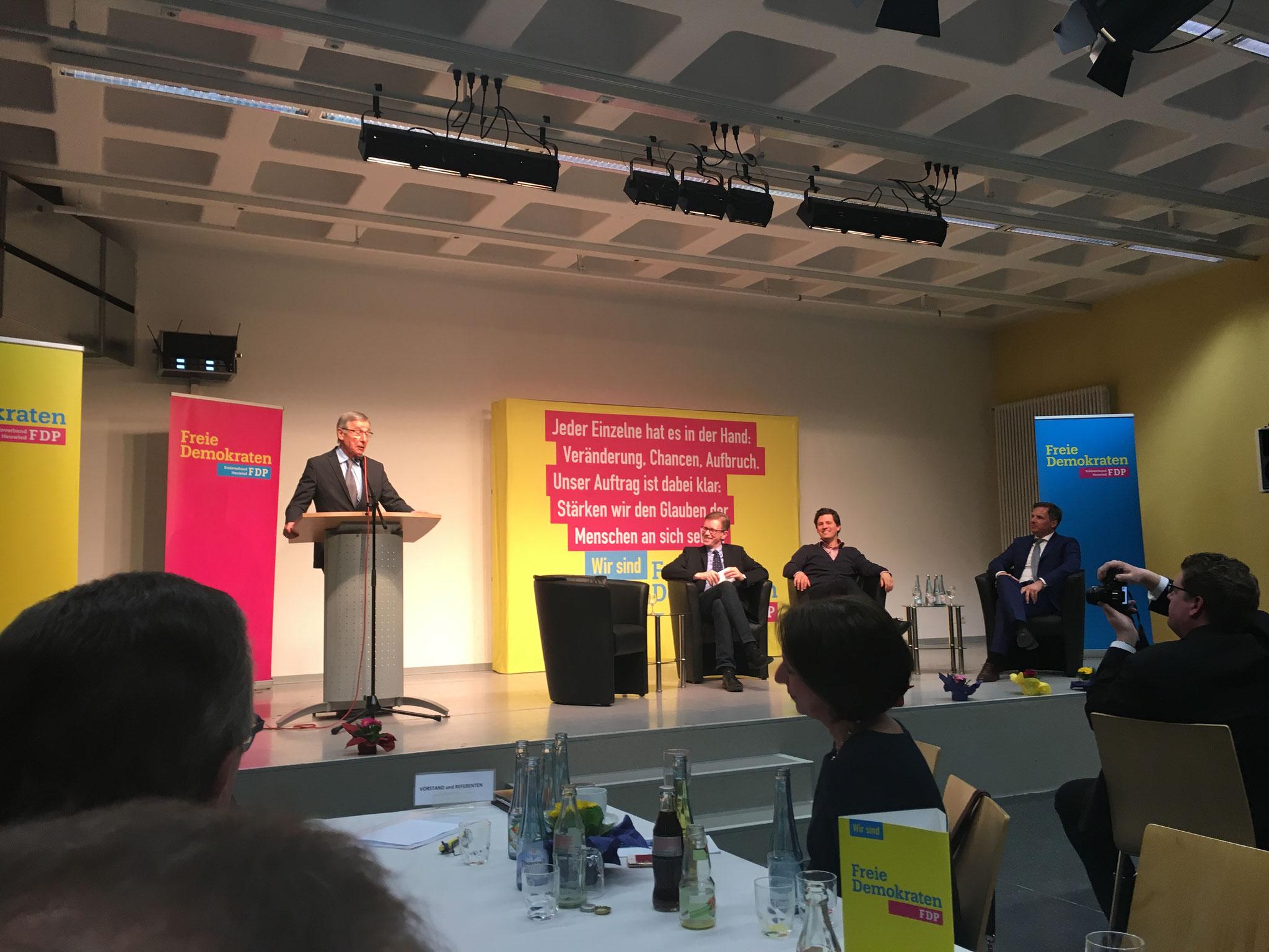 am Rednerpult: Wolfgang Clement (Ministerpräsident NRW a.D.; Bundesminister Wirtschaft und Arbeit a.D.)