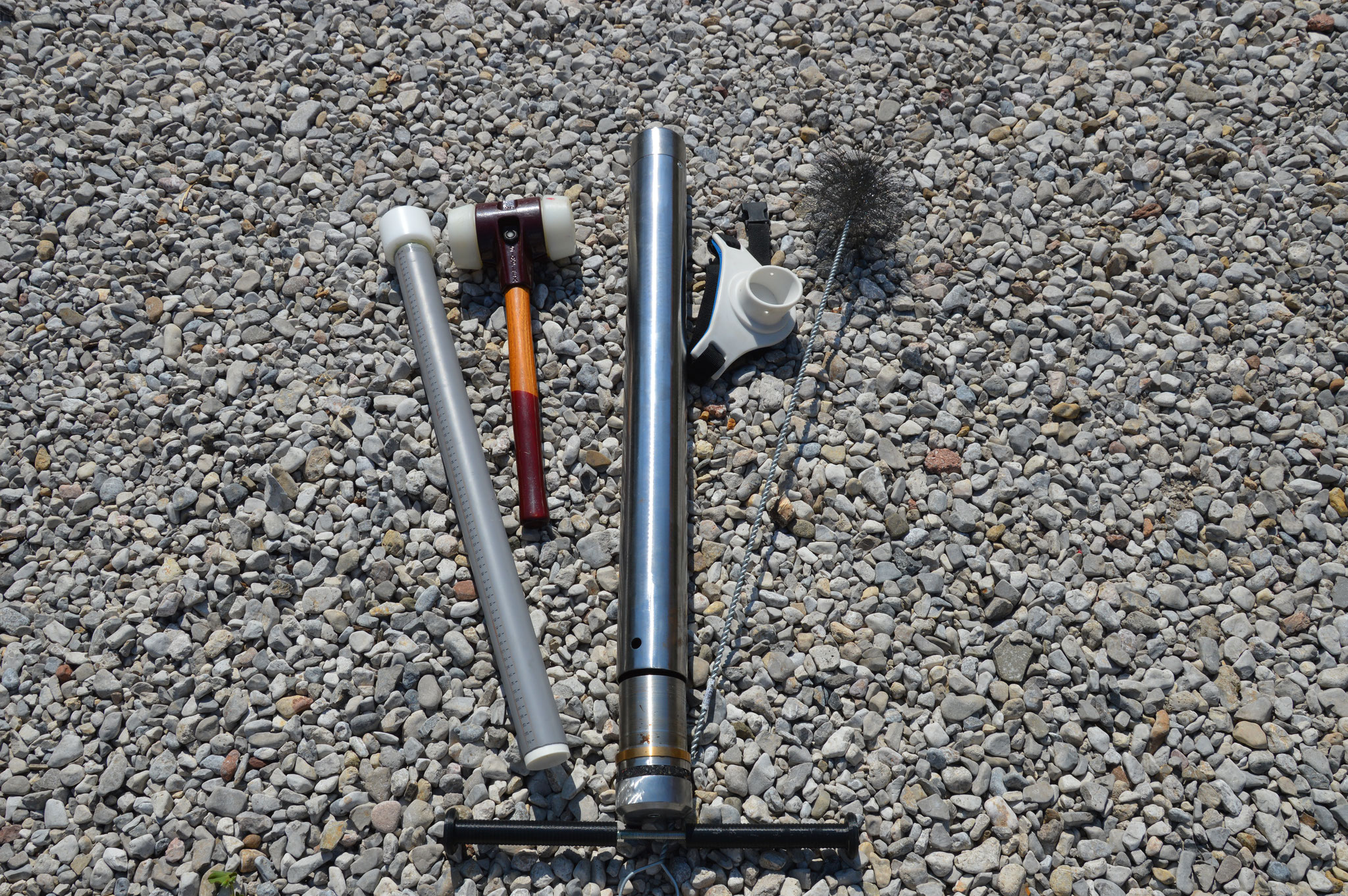 Manual soil corer to install MR tubes