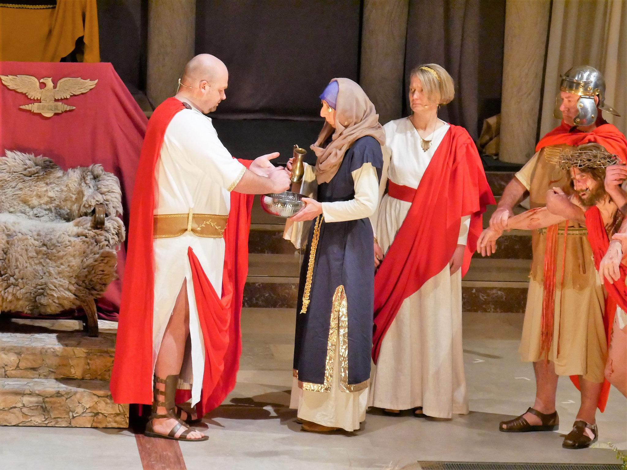 Pontius Pilatus wäscht seine Hände in Unschuld