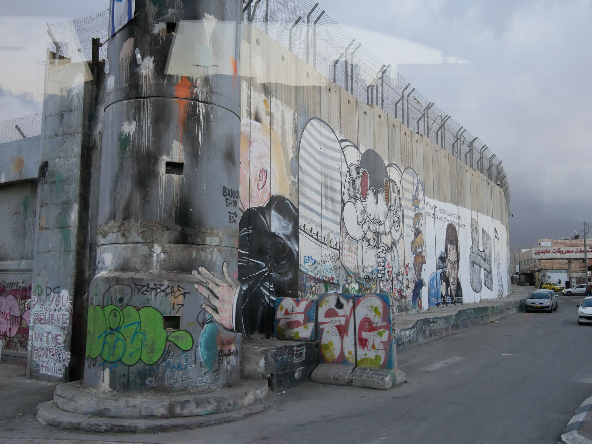 Bedrückend - 9 m hohe Mauern um Bethlehem am Racheltor