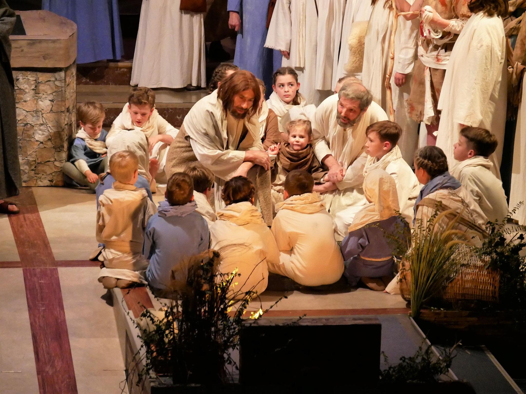 Jesus erzählt den Kindern ein Gleichnis