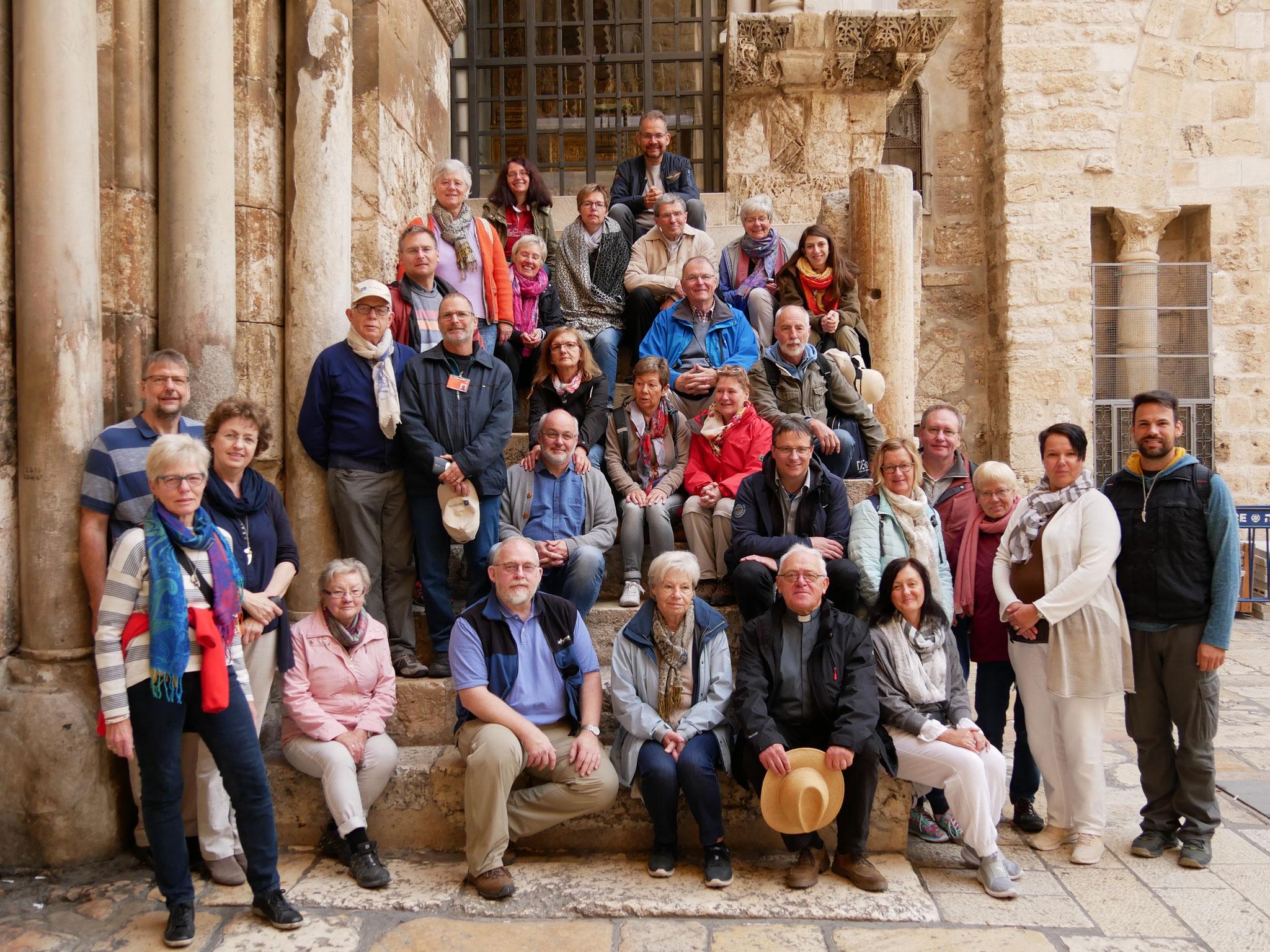Gruppenfoto vor der Grabeskirche