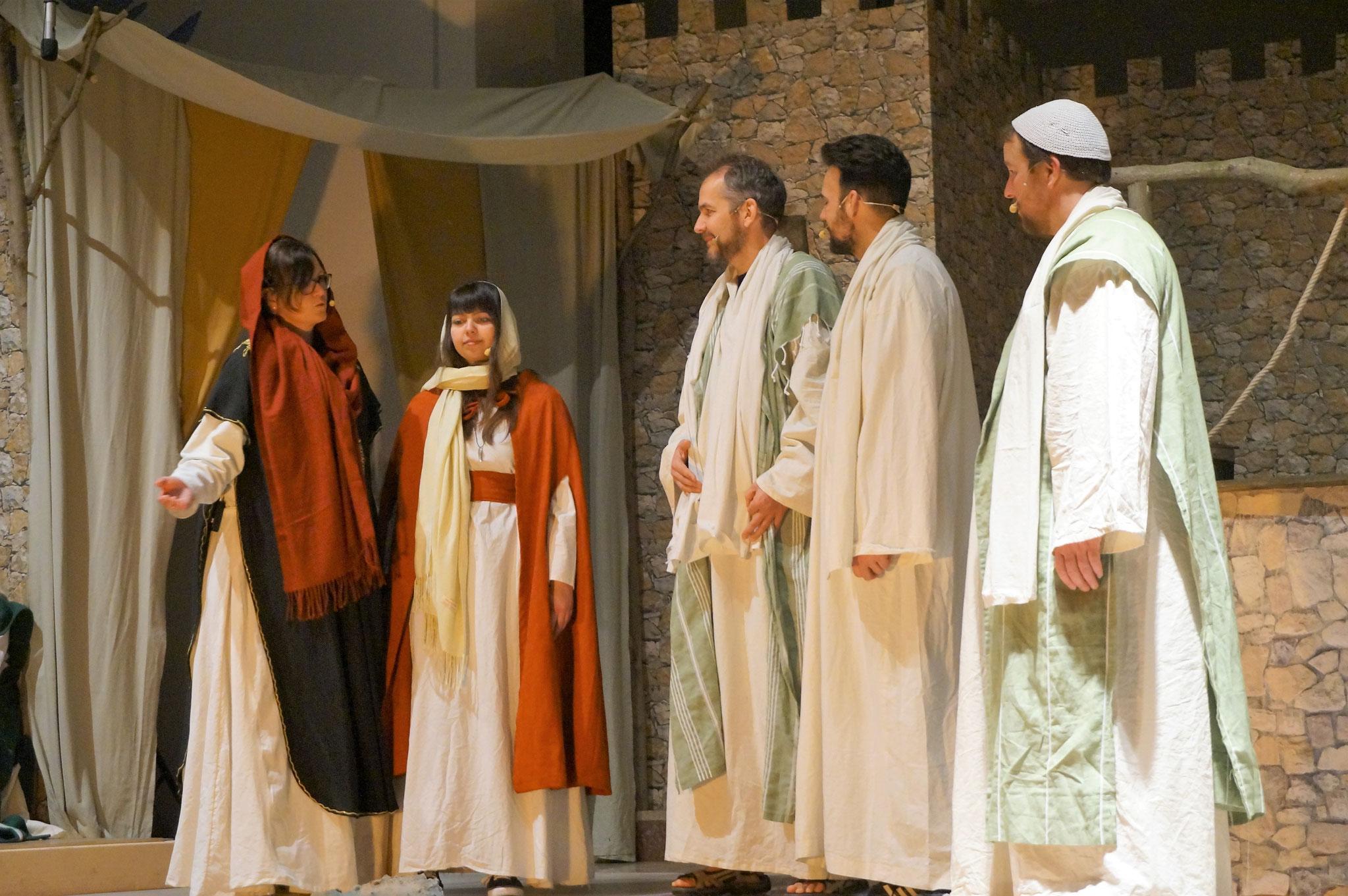 Lydia (Martina Aust), Heraklia (Sabrina Nottelmann) mit Paulus , Thimoteus und Silas