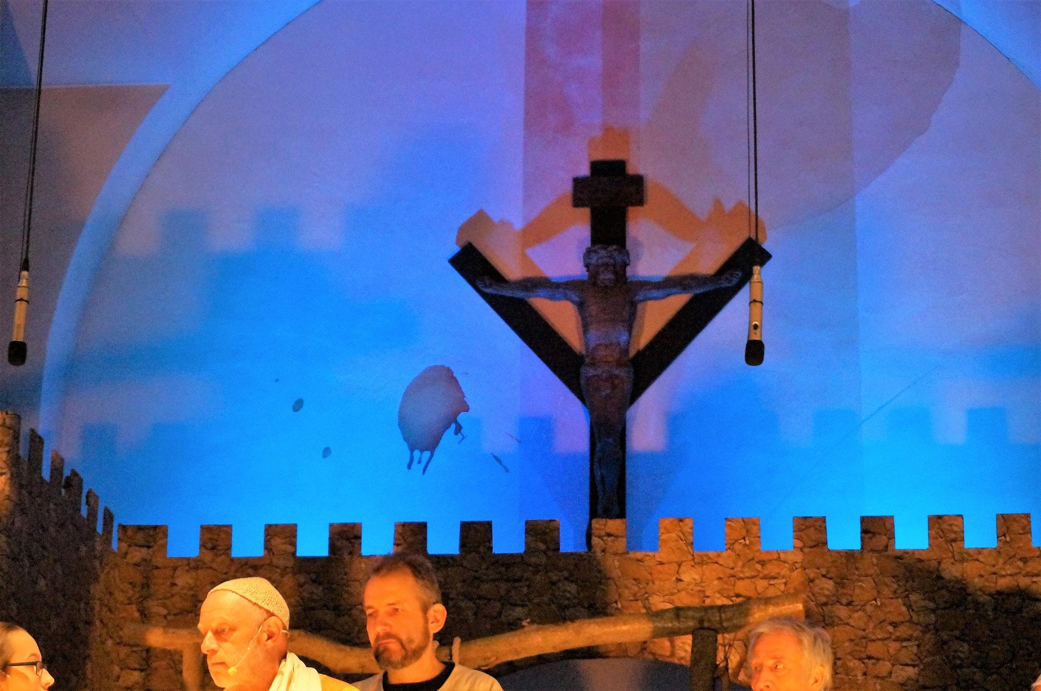 Das Kreuz steht über allem