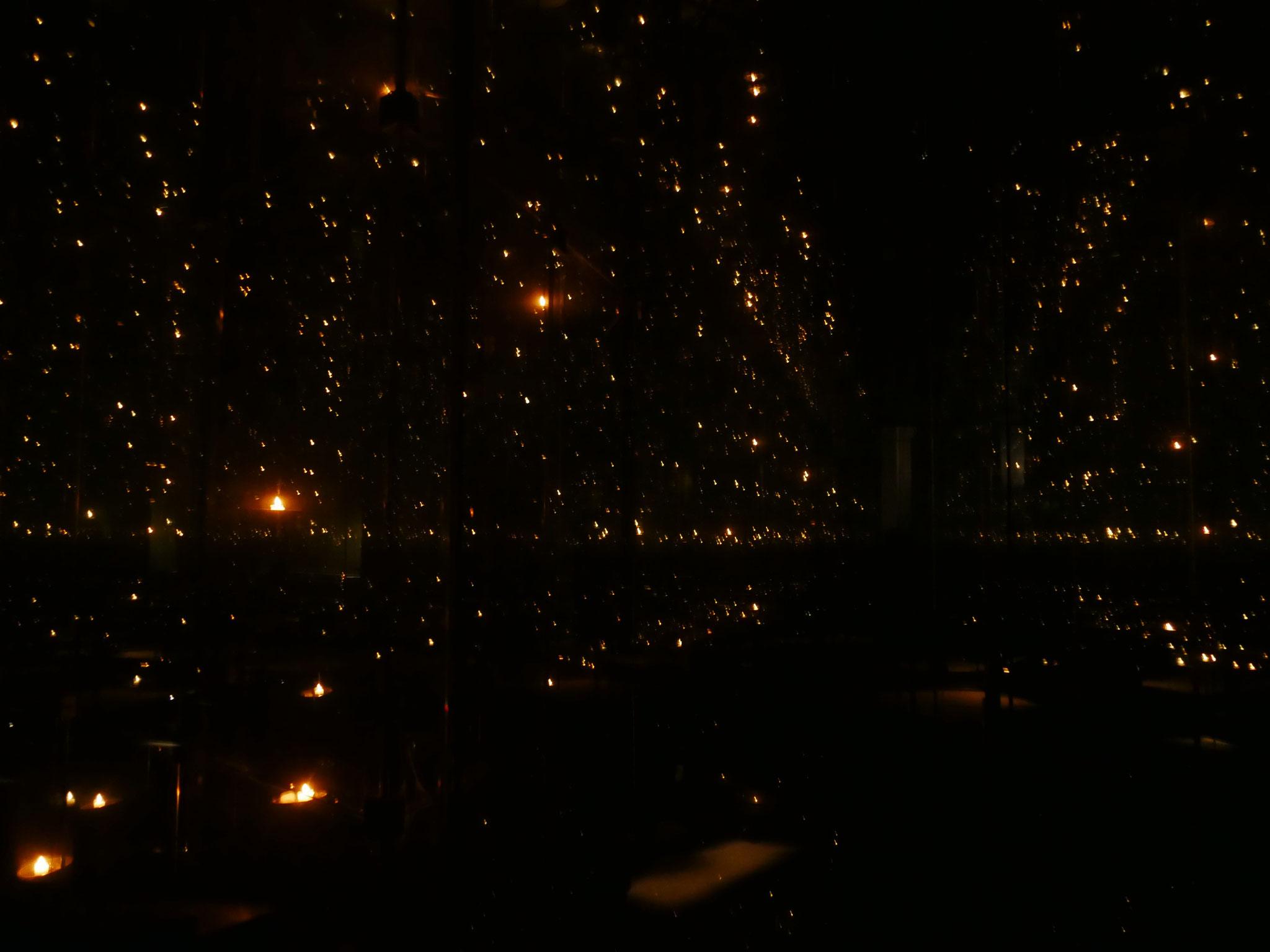 5 Kerzen erzeugen einen Sternenhimmel im Childrens-Memorial