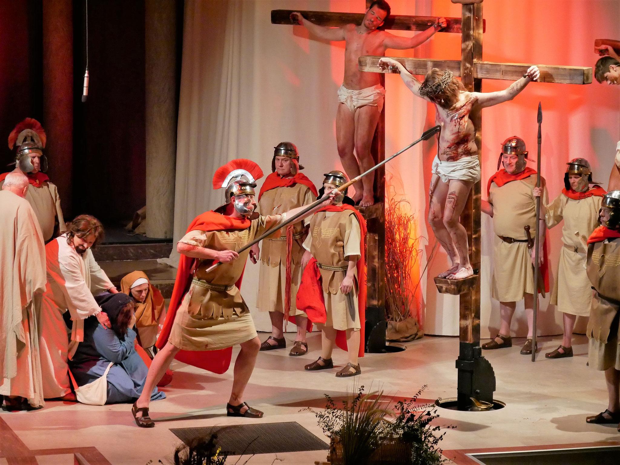 Die Lanze wird in Jesu Seite gestoßen