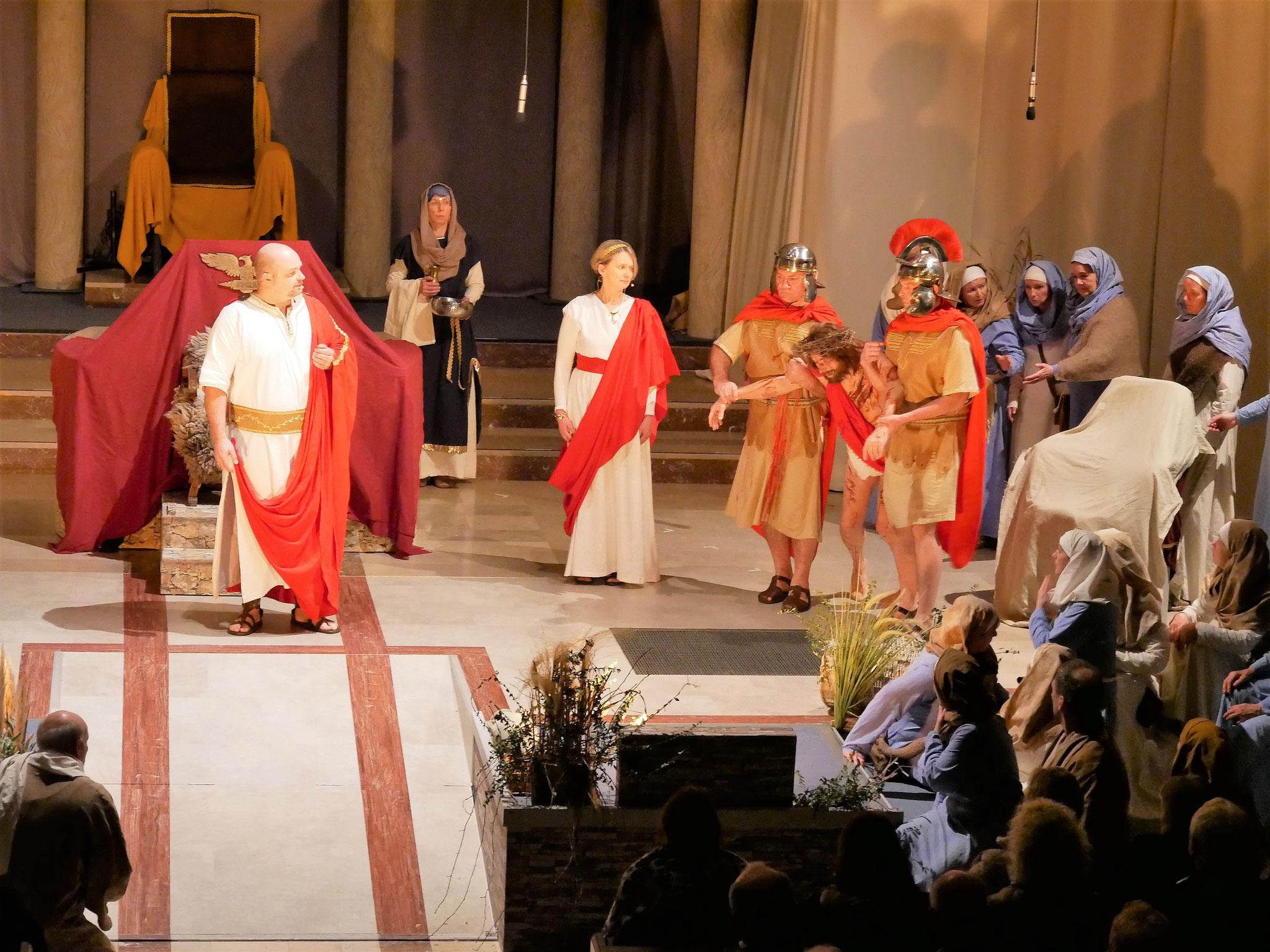 Jesus wird gegeißelt und zum Tod am Kreuz verurteilt
