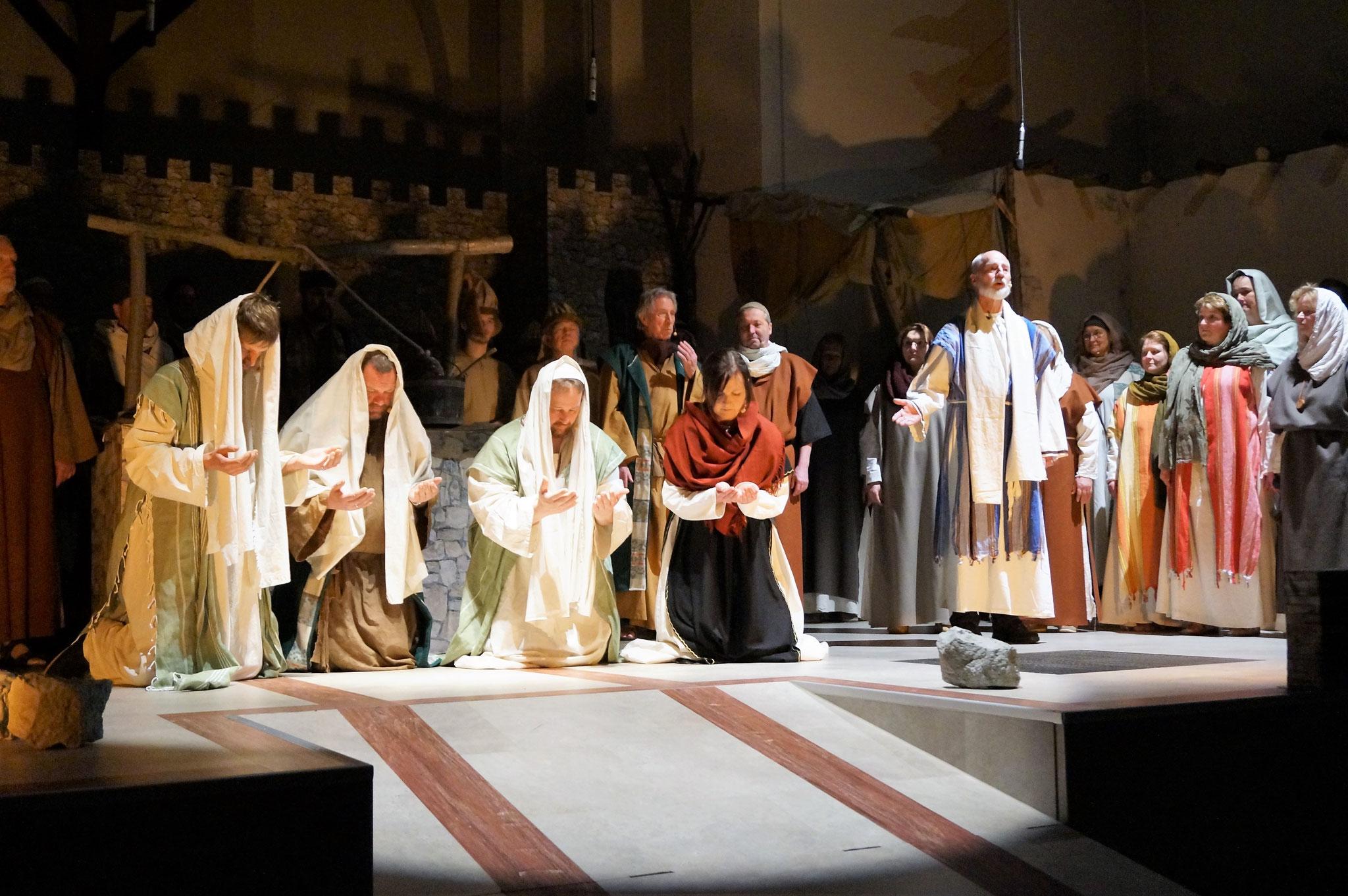 Paulus, Silas, Thimotheus und Lydia beten gemeinsam