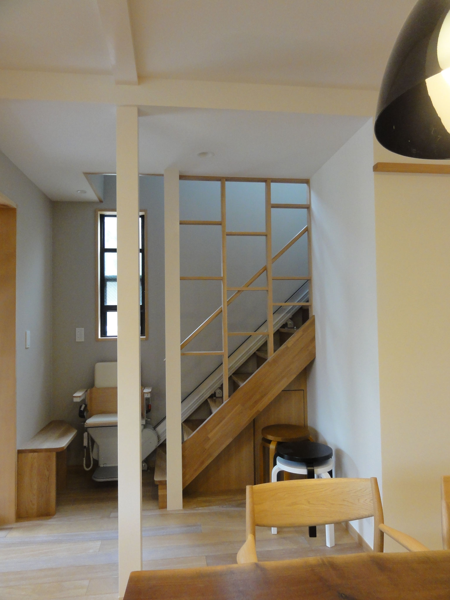after  オープンになったホールと階段昇降機付きの階段
