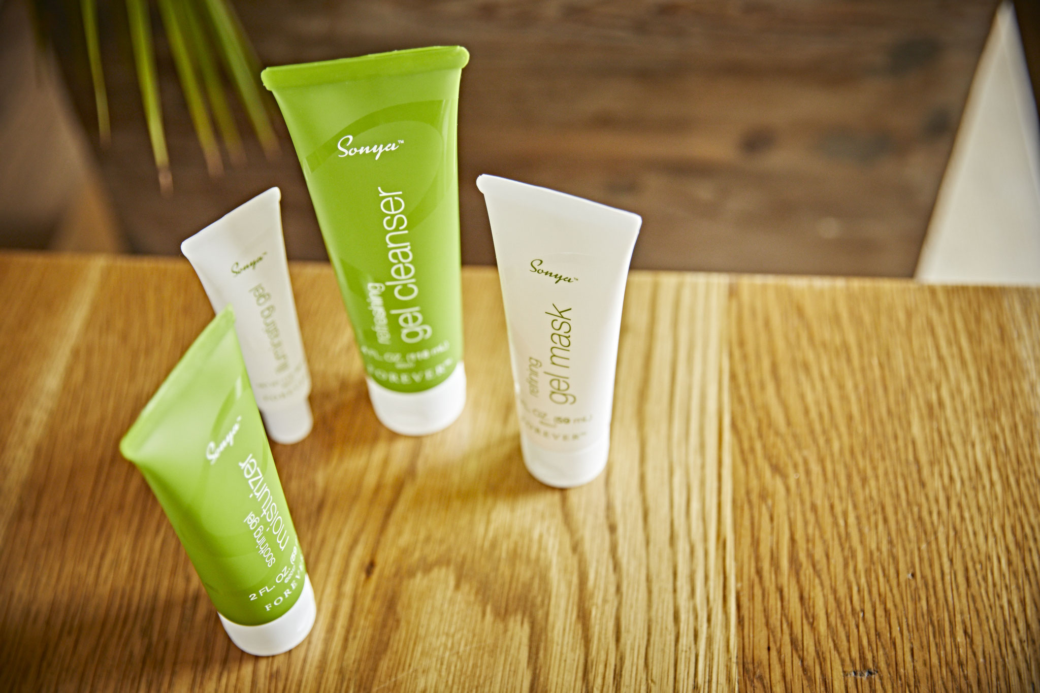 Stellvertretend für unser umfangreiches Angebot empfehlen wir für die Gesichtspflege das Sonya Daily Scincare System: Vier Pflegeprodukte auf Gel-Basis die den Hautton verbessern, Feuchtigkeit spenden und die Haut strahlend und frisch aussehen lassen.
